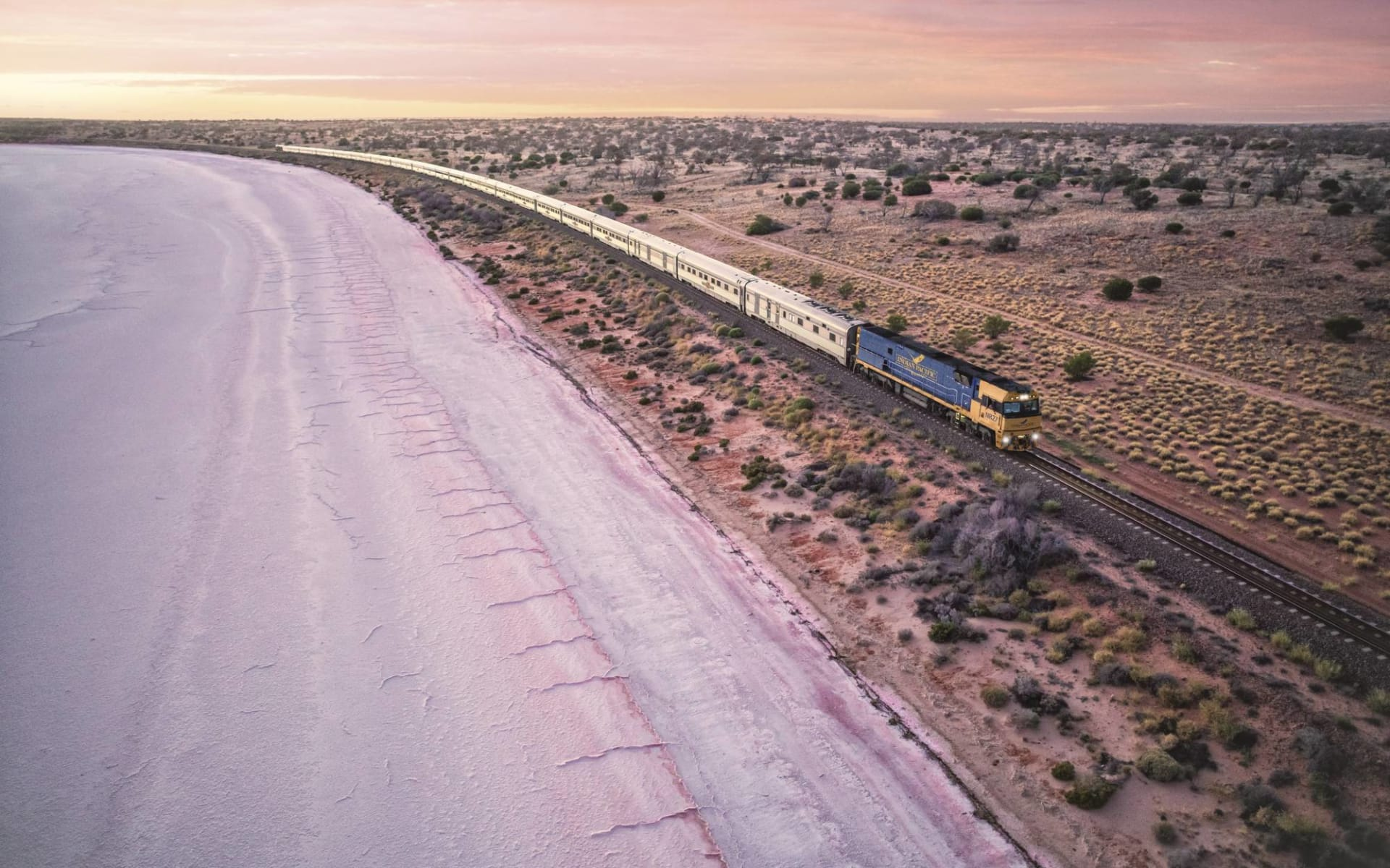 Indian Pacific von Adelaide nach Perth: Australien - Bahnreisen - Indian Pacific Salzsee Lake Hart bei Woomera  2018