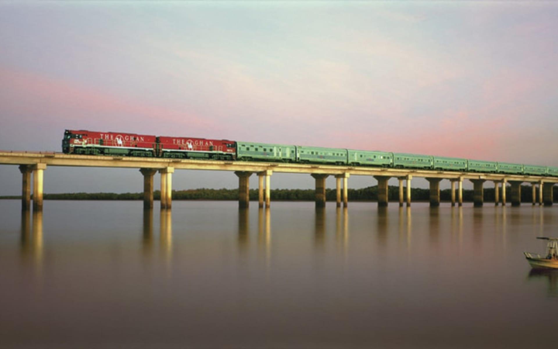 The Ghan von Adelaide bis Alice Springs: Australien - Bahnreisen - The Ghan auf Brücke mit Wasser