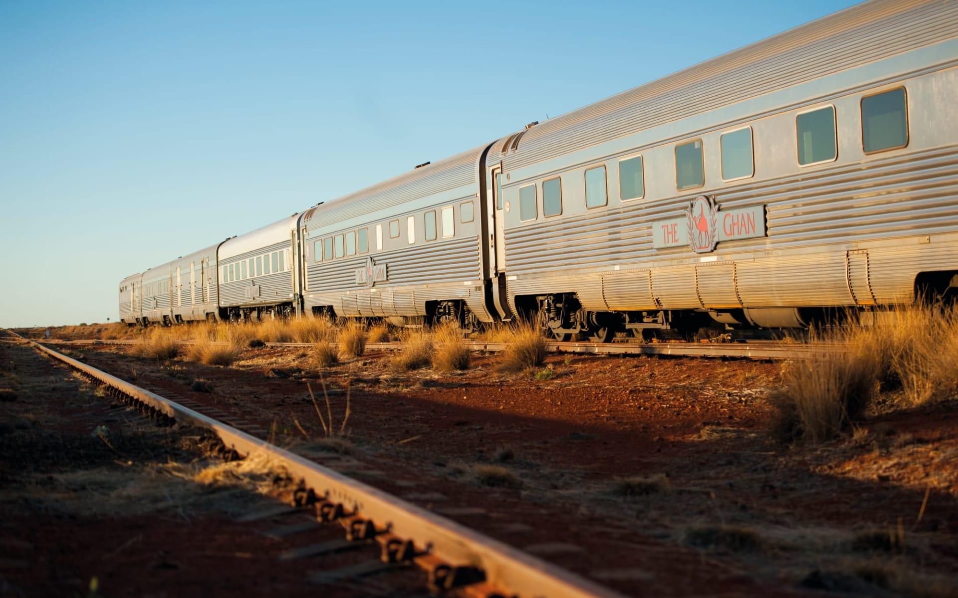 The Ghan von Darwin bis Adelaide: Australien - Bahnreisen - The Ghan Carriages beim Sonnenaufgang