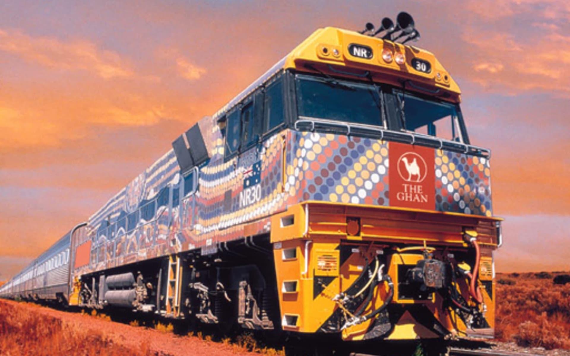 The Ghan von Alice Springs bis Adelaide: Australien - Bahnreisen - The Ghan Lokomotive farbig