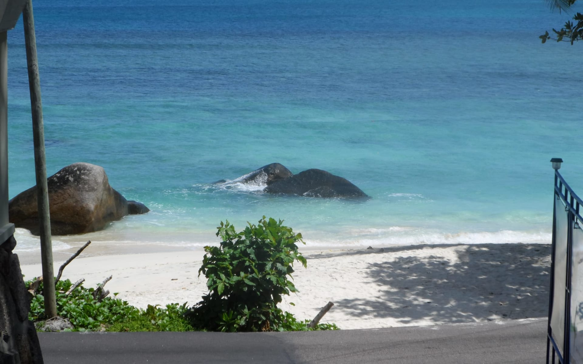 Divers Lodge in Mahé: divers lodge beach view