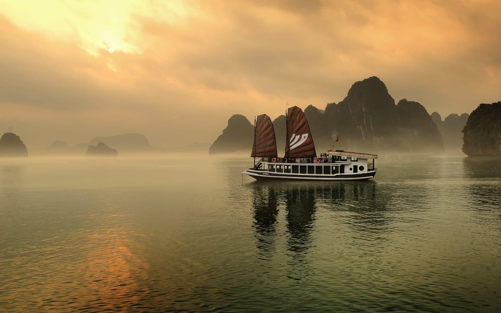 Halong Bucht Kreuzfahrten mit «Legend Halong» Privatboot ab Hanoi: Bhaya-Legend-on-the-sunset