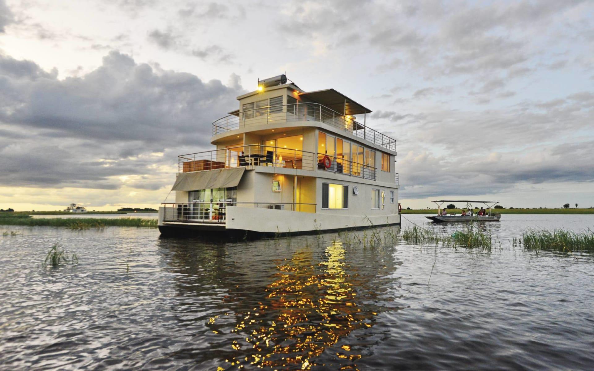 Chobe Princess ab Kasane: Botswana - Chobe Princess - Aussenansicht Schiff auf Fluss