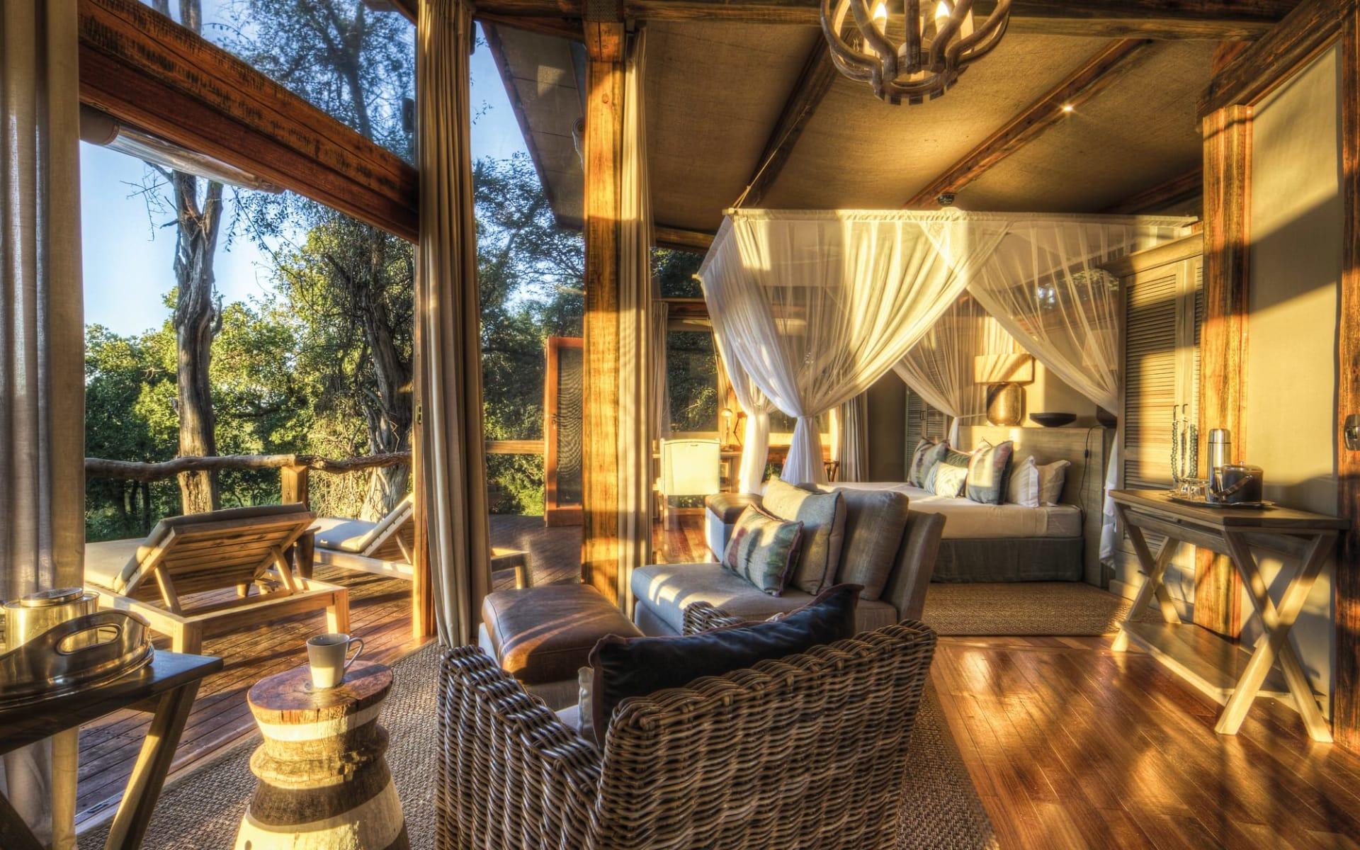 Camp Okavango in Okavango Delta: Camp Okavango - Zimmer mit Bett und Sessel