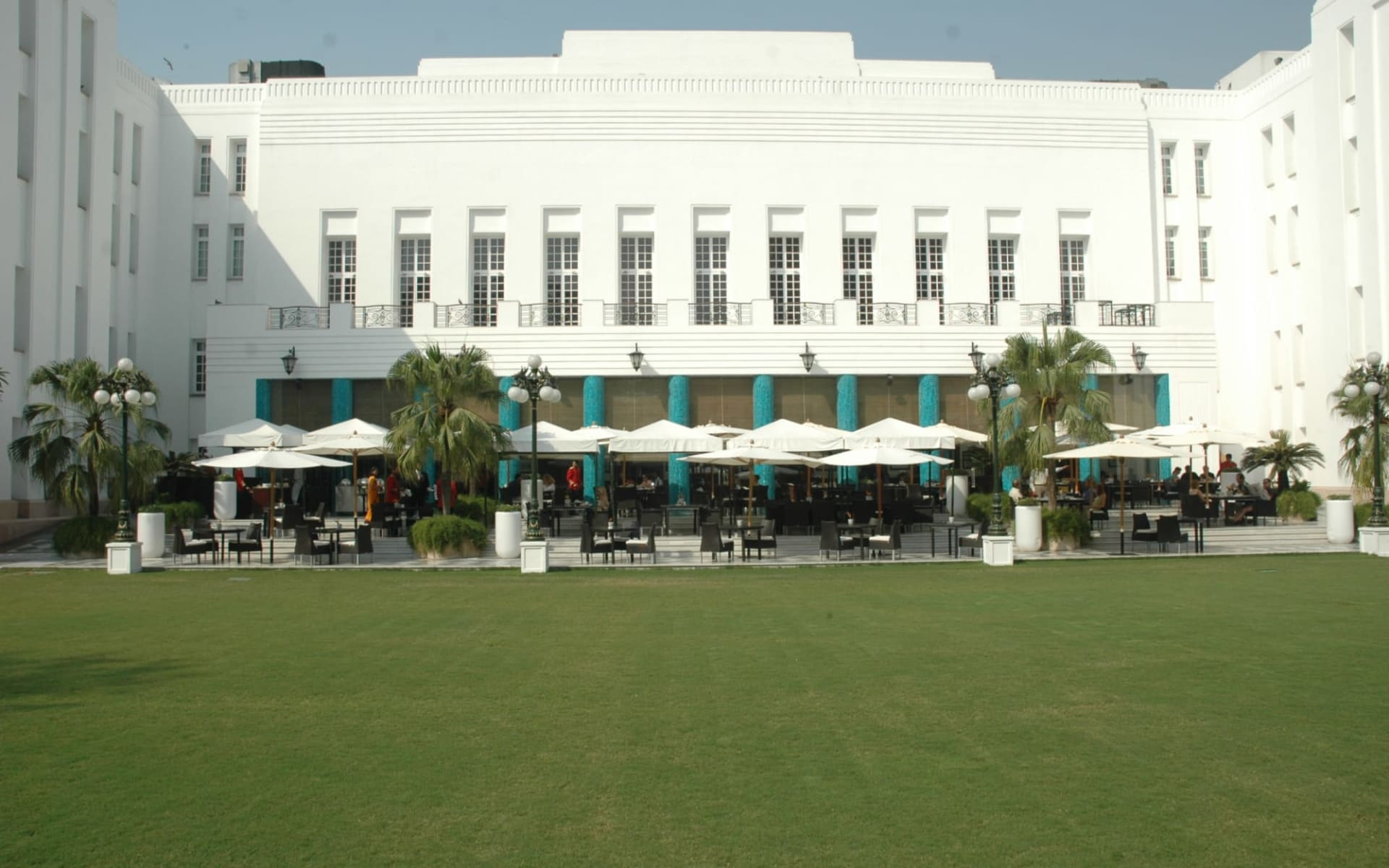 The Imperial in Delhi: 1911 lawns with blue pillars