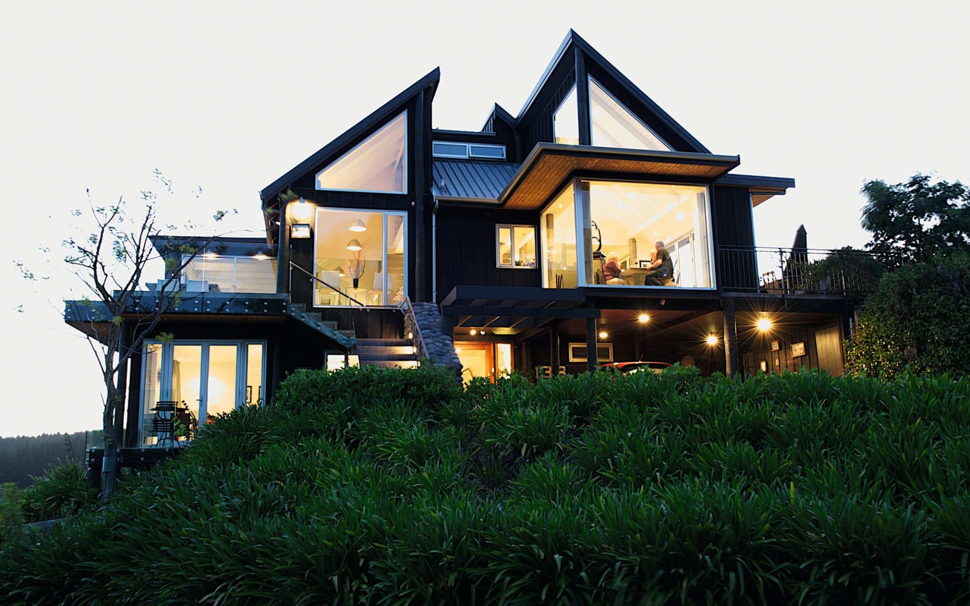 Acacia Cliffs Lodge in Taupo:  Acacia Cliffs Lodge Taupo Neuseeland - Aussenansicht des Gebäudes während dem Eindunkeln 2017