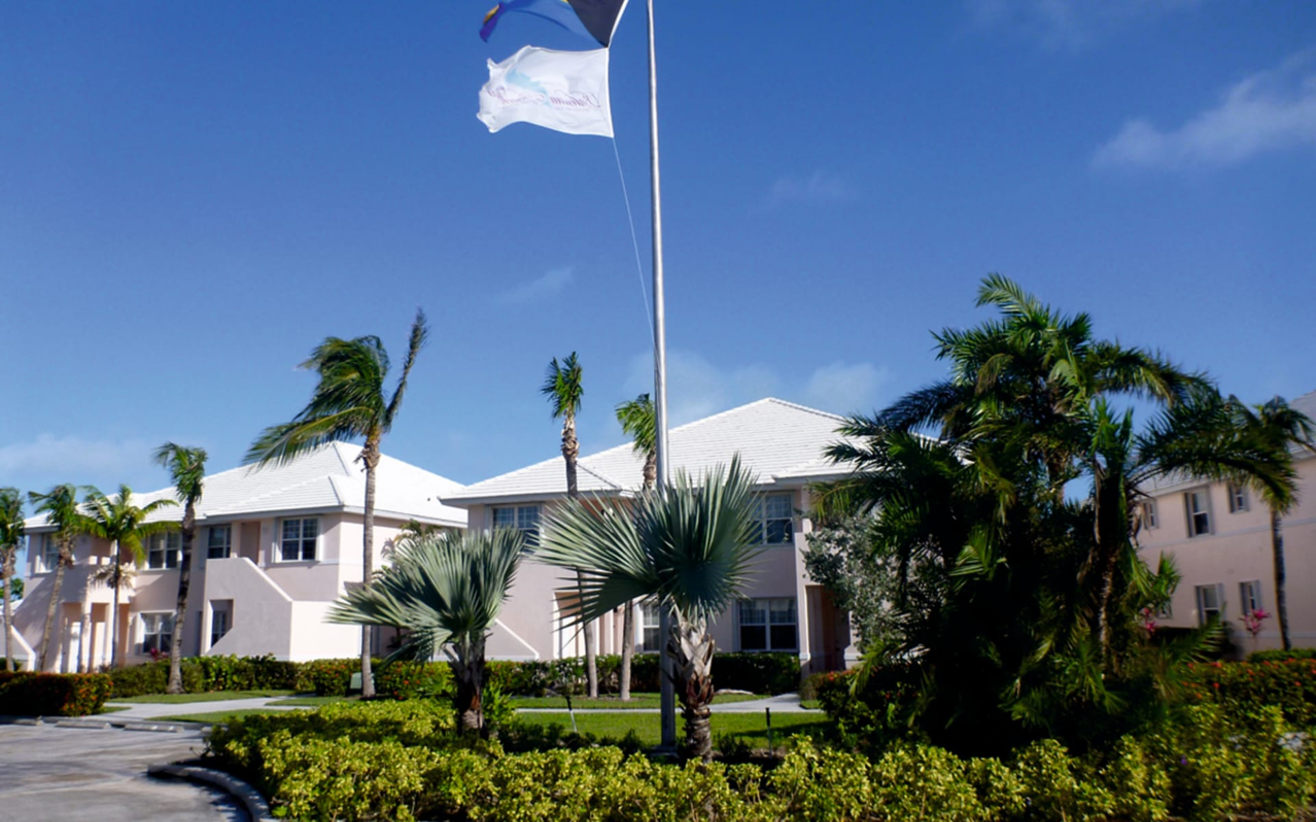Bahama Beach Club in Treasure Cay: exterior bahama beach club fahne hotelansicht gartenanlage
