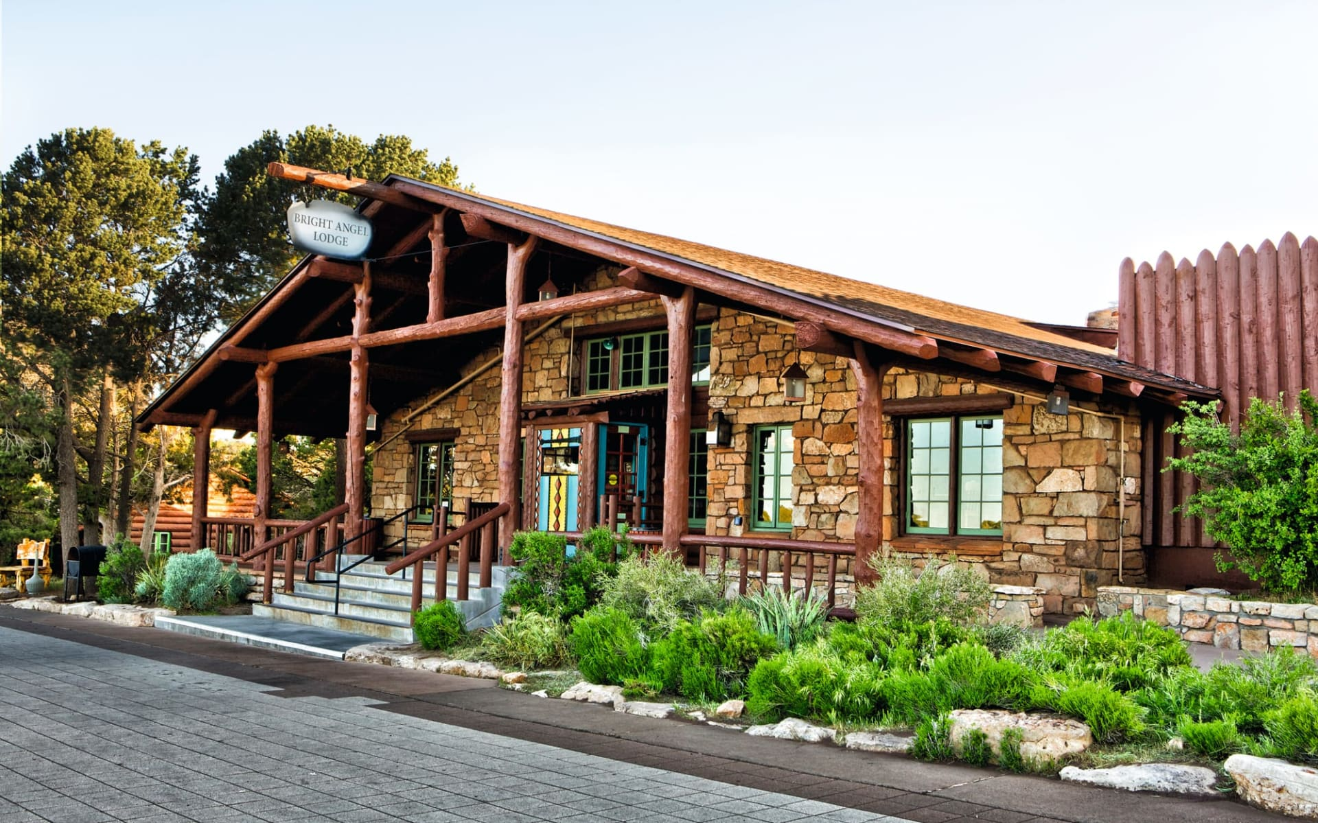 Bright Angel Lodge in Grand Canyon Nationalpark:  Bright Angel Lodge_Aussenansicht_RMHT