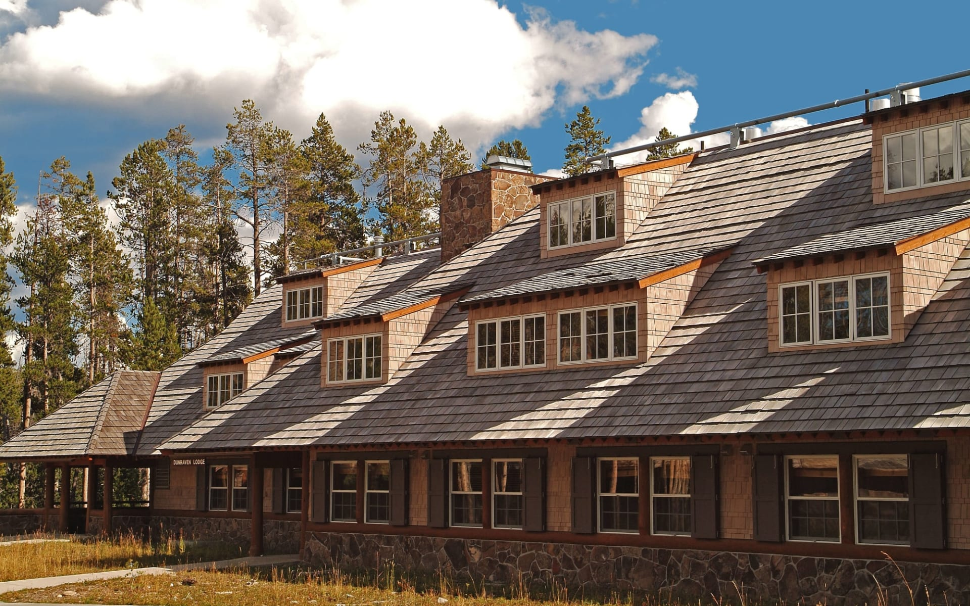 Canyon Lodge and Cabins in Yellowstone National Park:  Canyon Lodge_Aussenansicht 1_RMHT
