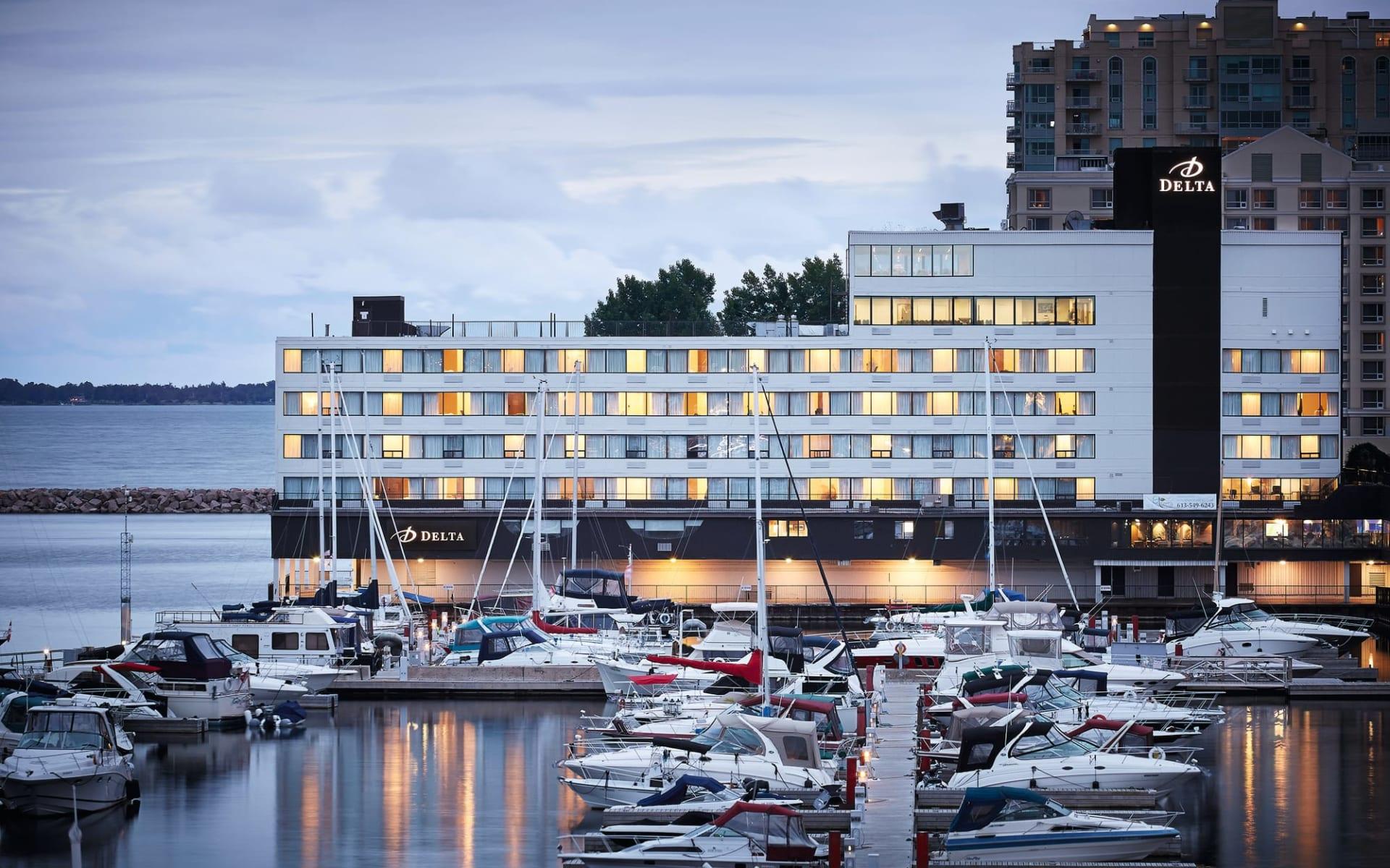 Delta Kingston Waterfront Hotel: Delta Kingston Waterfront Hotel, Kingston (ON)_Aussenansicht mit Hafen