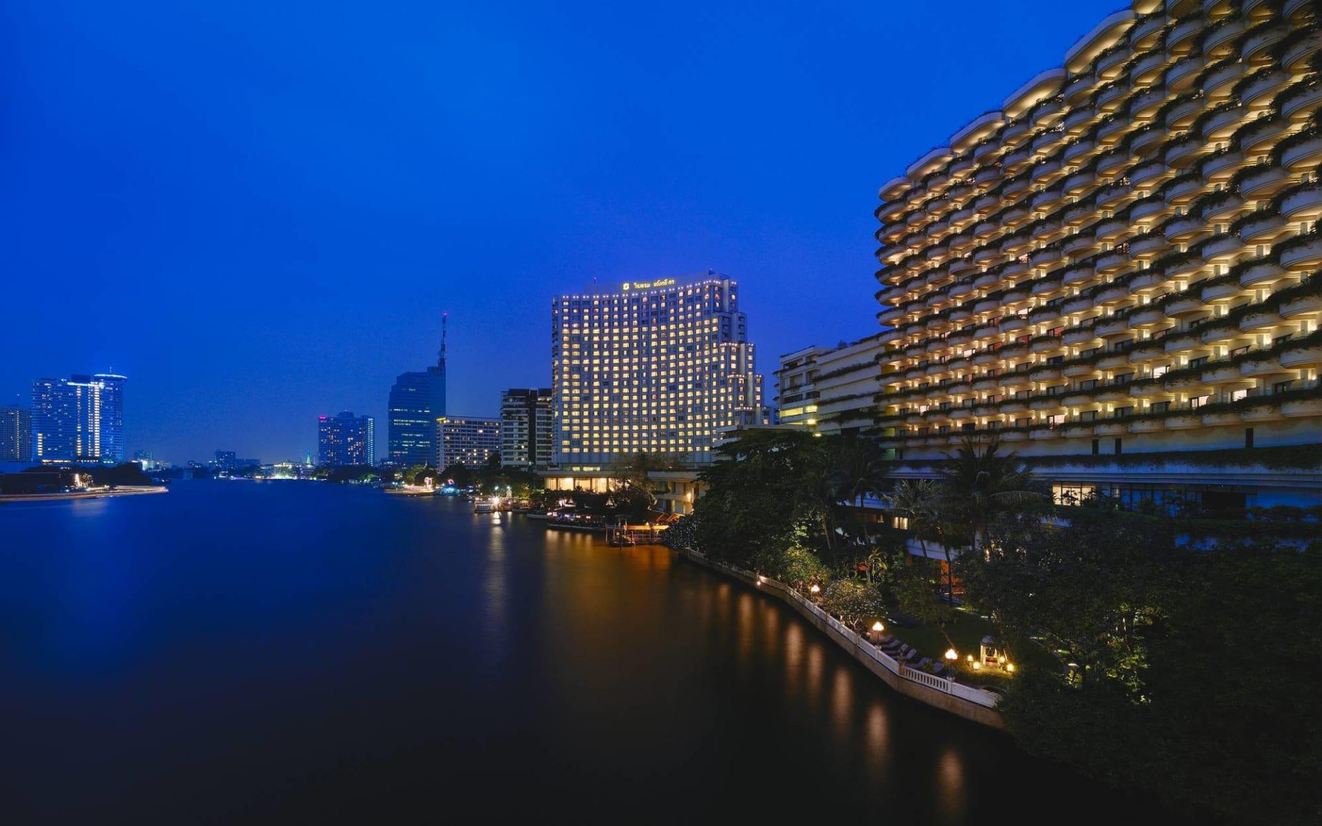Shangri-La Bangkok: Exterior at Night