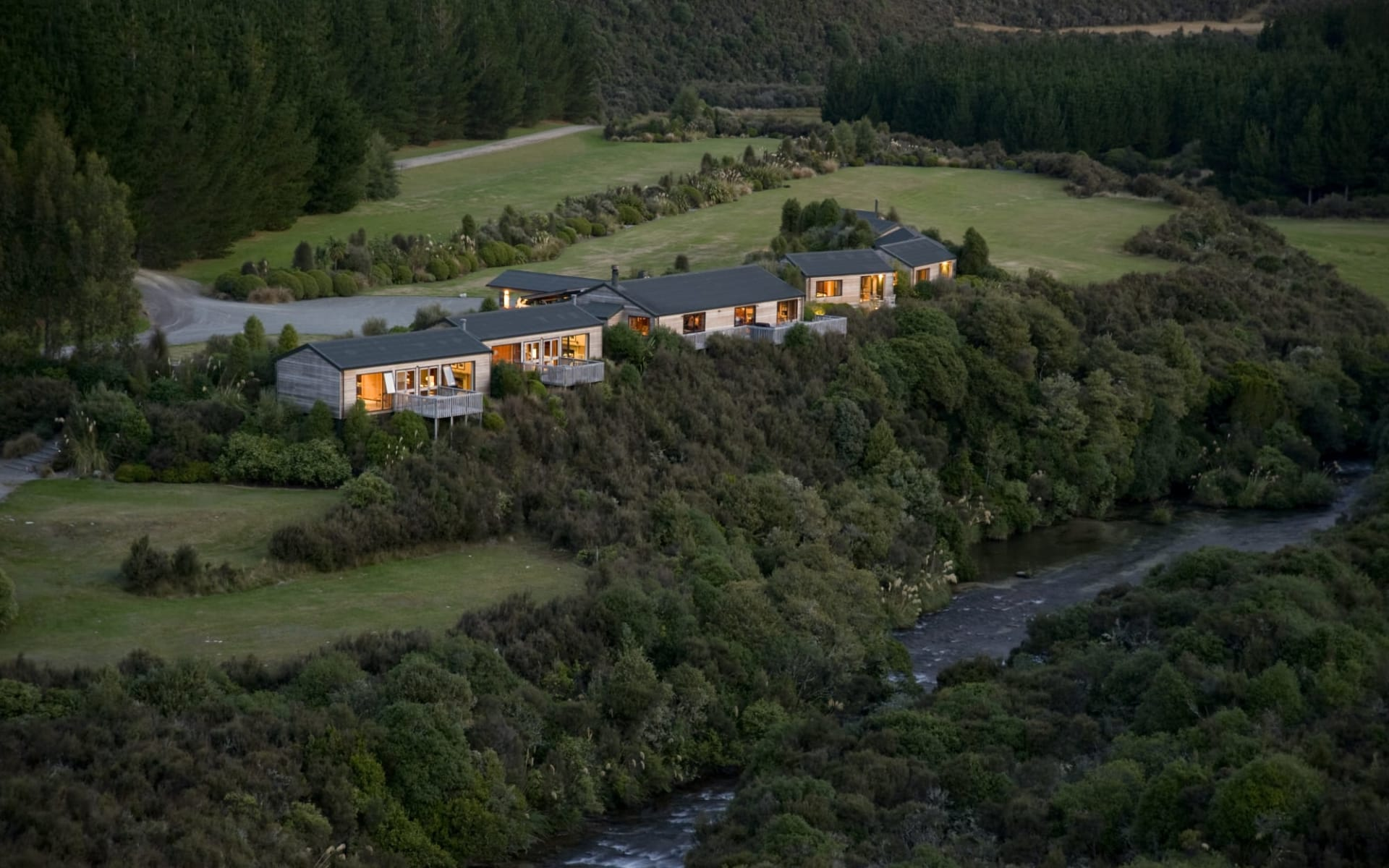 Poronui Lodge in Taupo:  Exterior Poronui lodge_Haus am Abend von obe