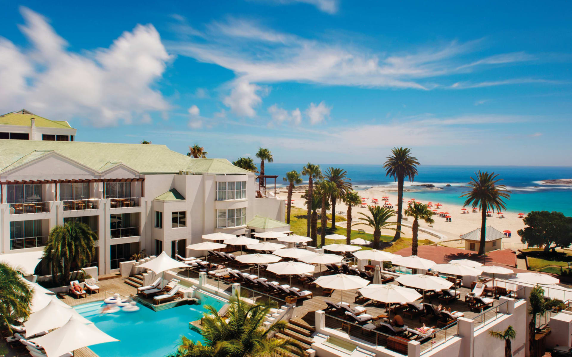 The Bay Hotel in Camps Bay:  exterior The Bay Hotel - Pool und Deck mit Strand von Camps BAy