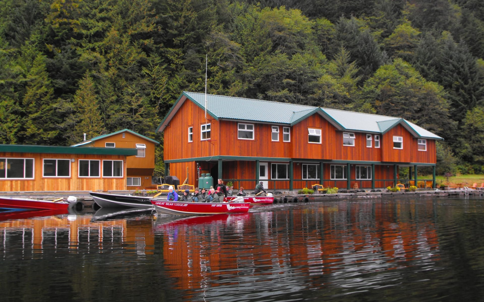 Bärenbeobachtung Great Bear Lodge 4 Tage ab Port Hardy: exterior: Great Bear Lodge - Lodge von aussen