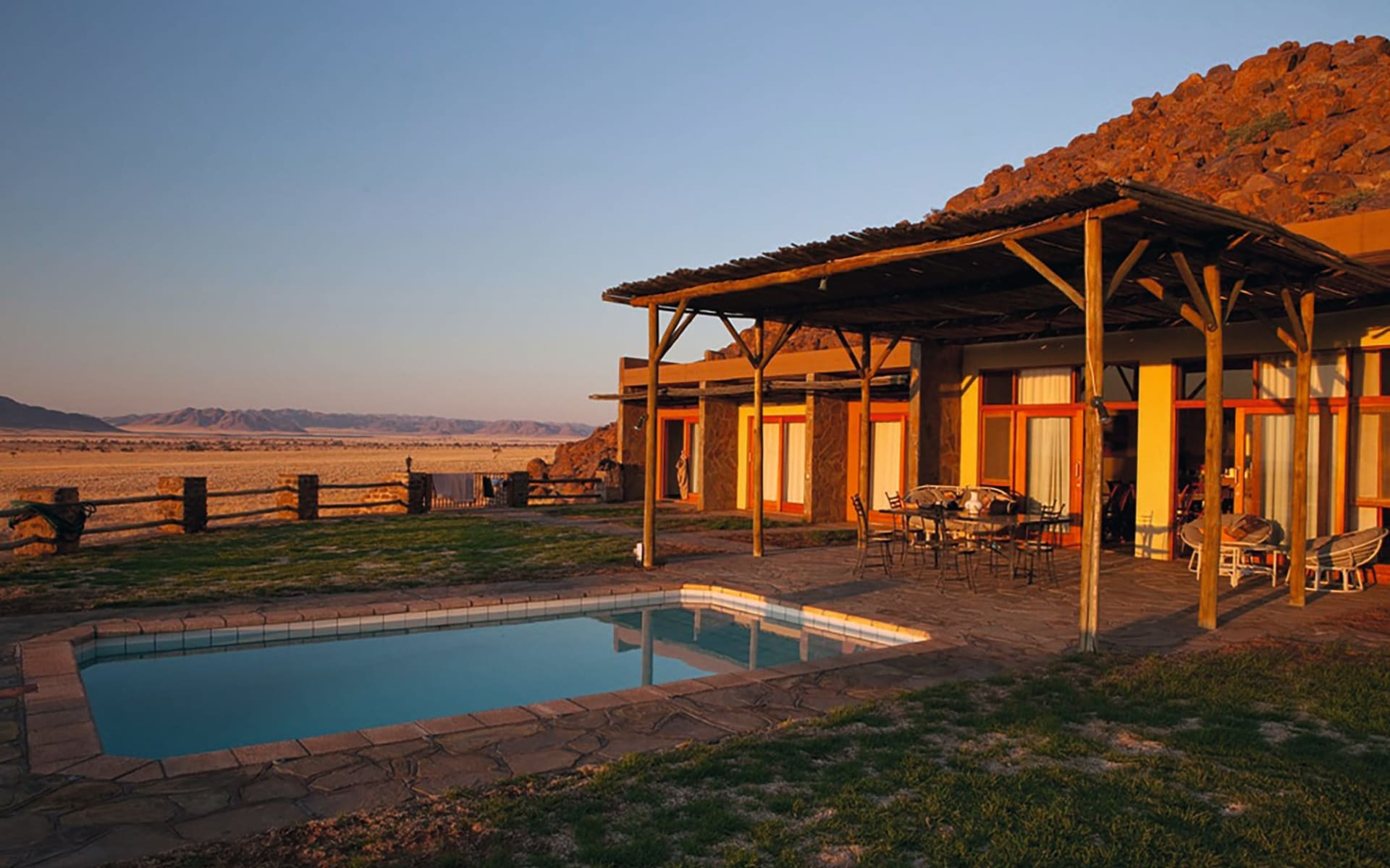 Greenfire Desert Lodge in NamibRand Nature Reserve: Exterior Greenfire Desert Lodge Pool und Terrasse