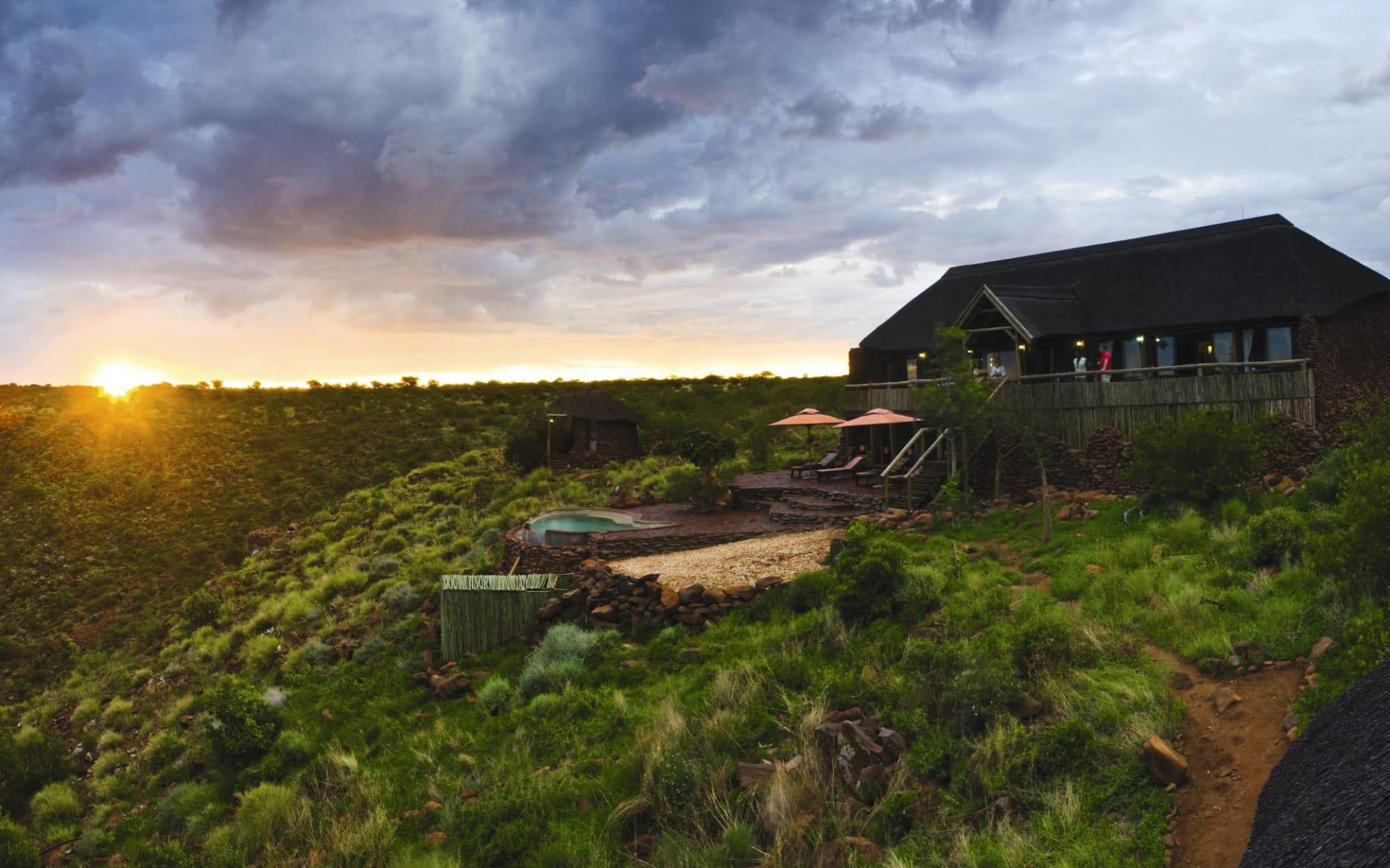 Grootberg Lodge in Kamanjab Region: Exterior Grootberg Lodge Lodge von aussen mit Landschaft