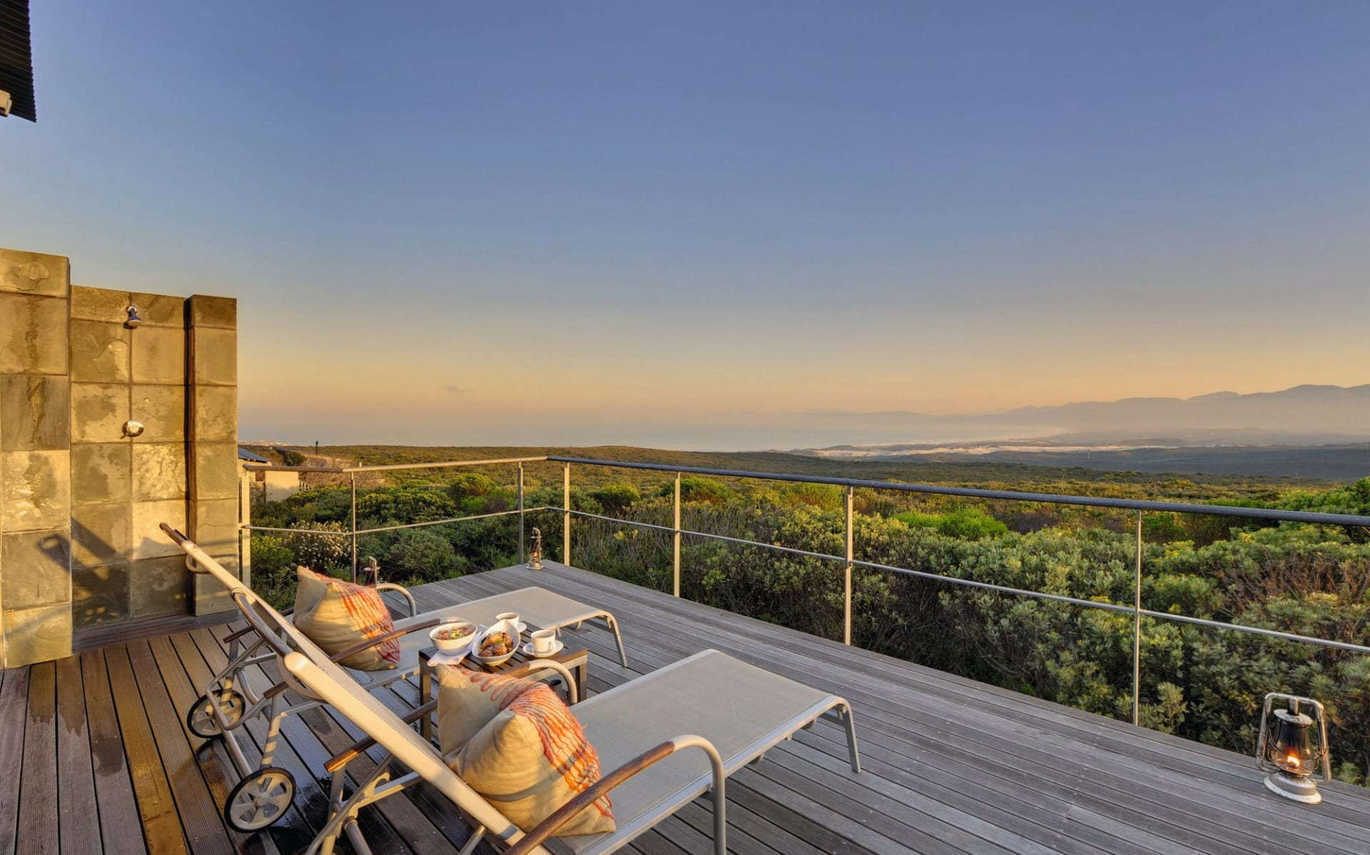 4 C's (Commerce, Conservation, Community & Culture) ab Kapstadt: Exterior Grootbos Private Nature Reserve Terrasse der Forest Lodge mit Liegestühle