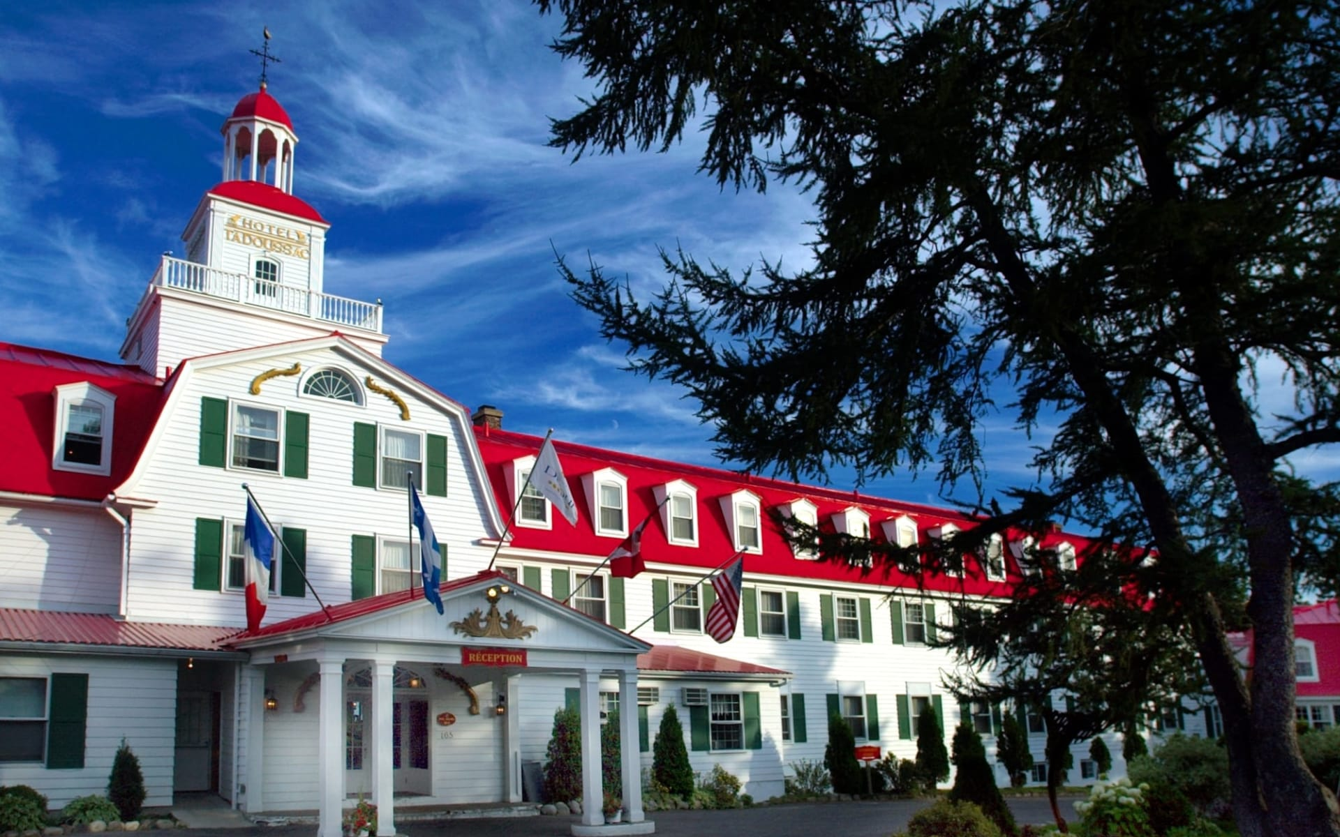 Hotel Tadoussac: exterior_Hotel Tadoussac_MainEntrance (1)
