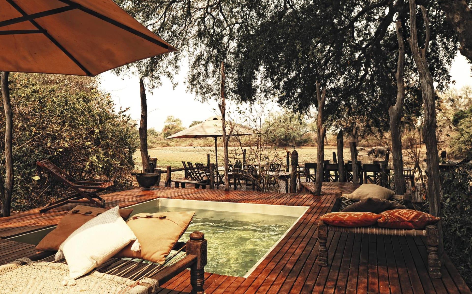 Kanga Camp in Mana Pools Nationalpark: exterior Kanga Camp Pool und Liegestühle