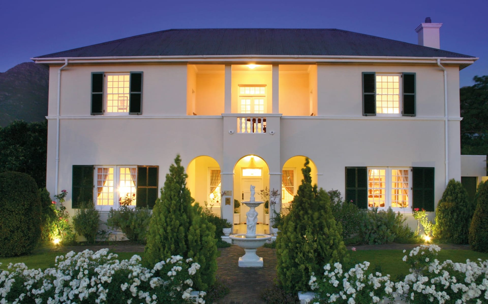 La Fontaine Guest House in Franschhoek: exterior La Fontaine Guesthouse - Aussenansicht in der Nacht