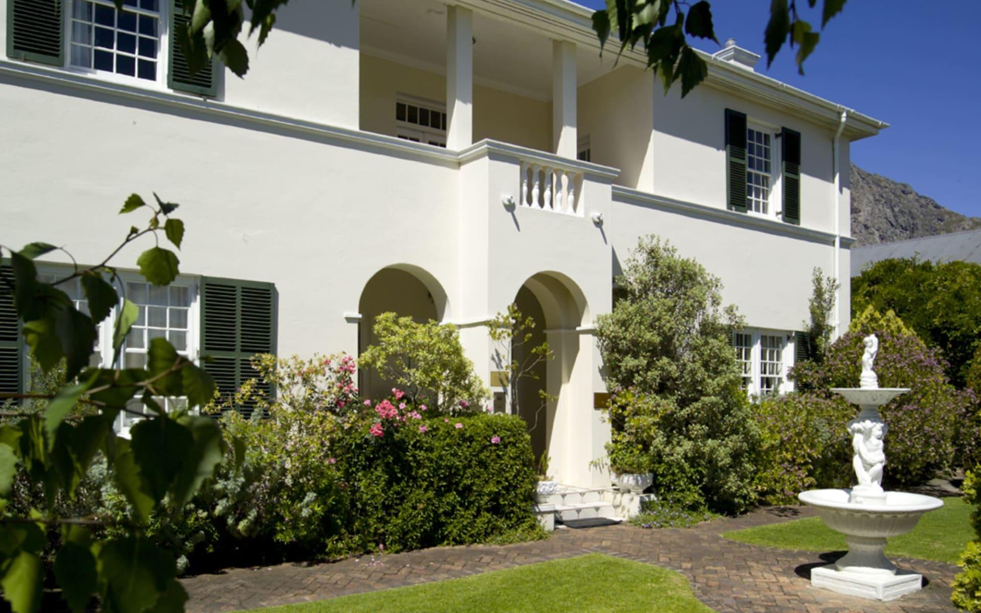 La Fontaine Guest House in Franschhoek:  La Fontaine Guesthouse - Aussenansicht mit Garten