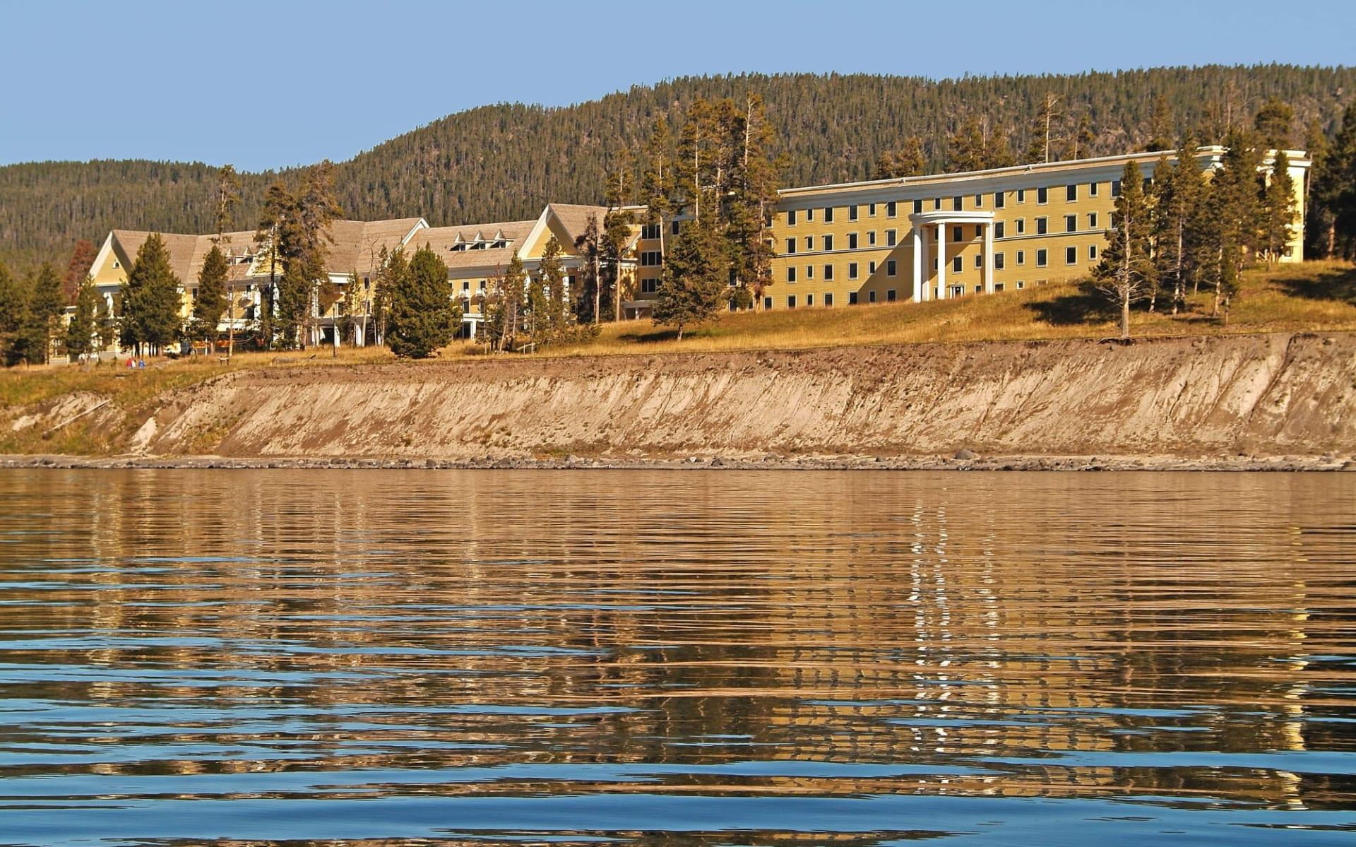 Lake Yellowstone Hotel & Cabins in Yellowstone National Park: Lake Yellowstone Hotel Exterior (7)