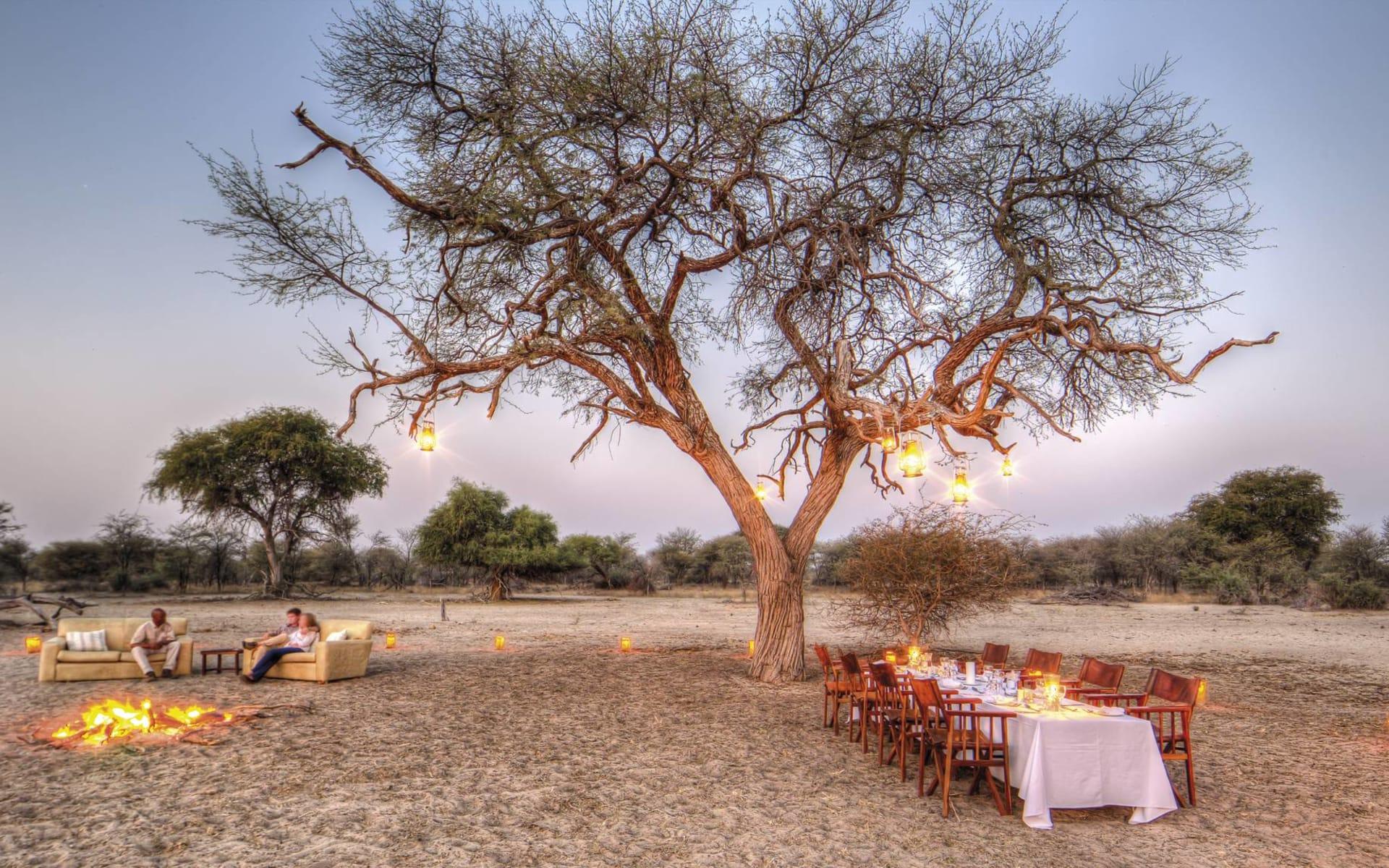 Leroo La Tau in Makgadikgadi Pans: exterior Leroo La Tau - Feuer und Bush Abendessen c Desert&Delta Safaris