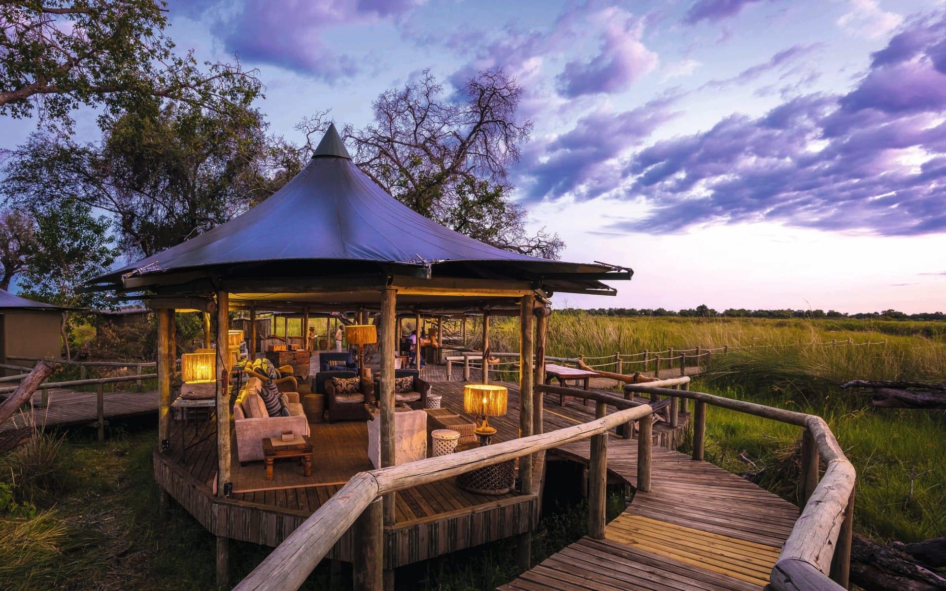 Little Vumbura in Okavango Delta: Little Vumbura - Blick vom Steg zum Chillout Area mit Ausblick