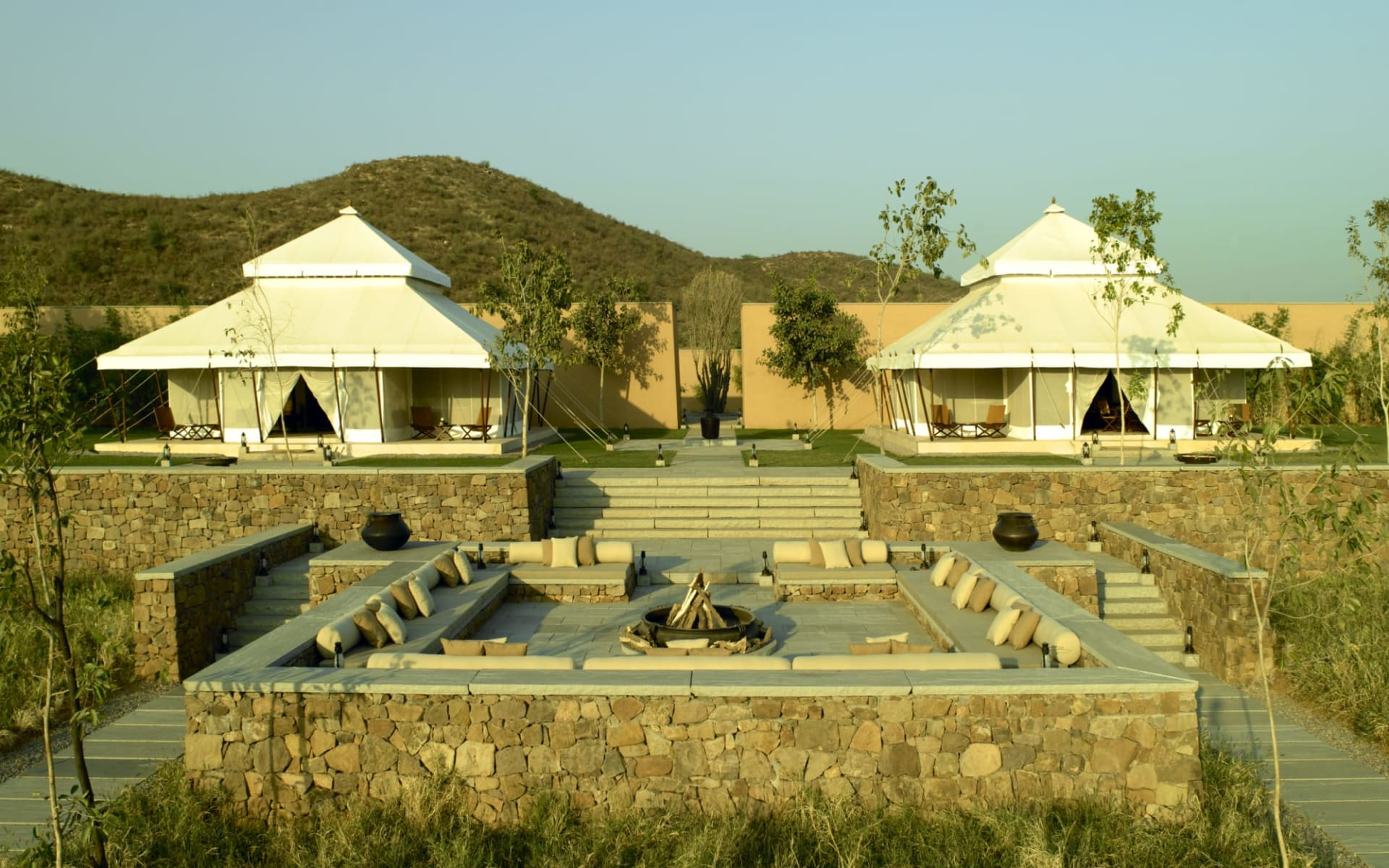 Aman Geniesser-Reise ab Jaipur: exterior: Lounge and dining tents and main fireplace