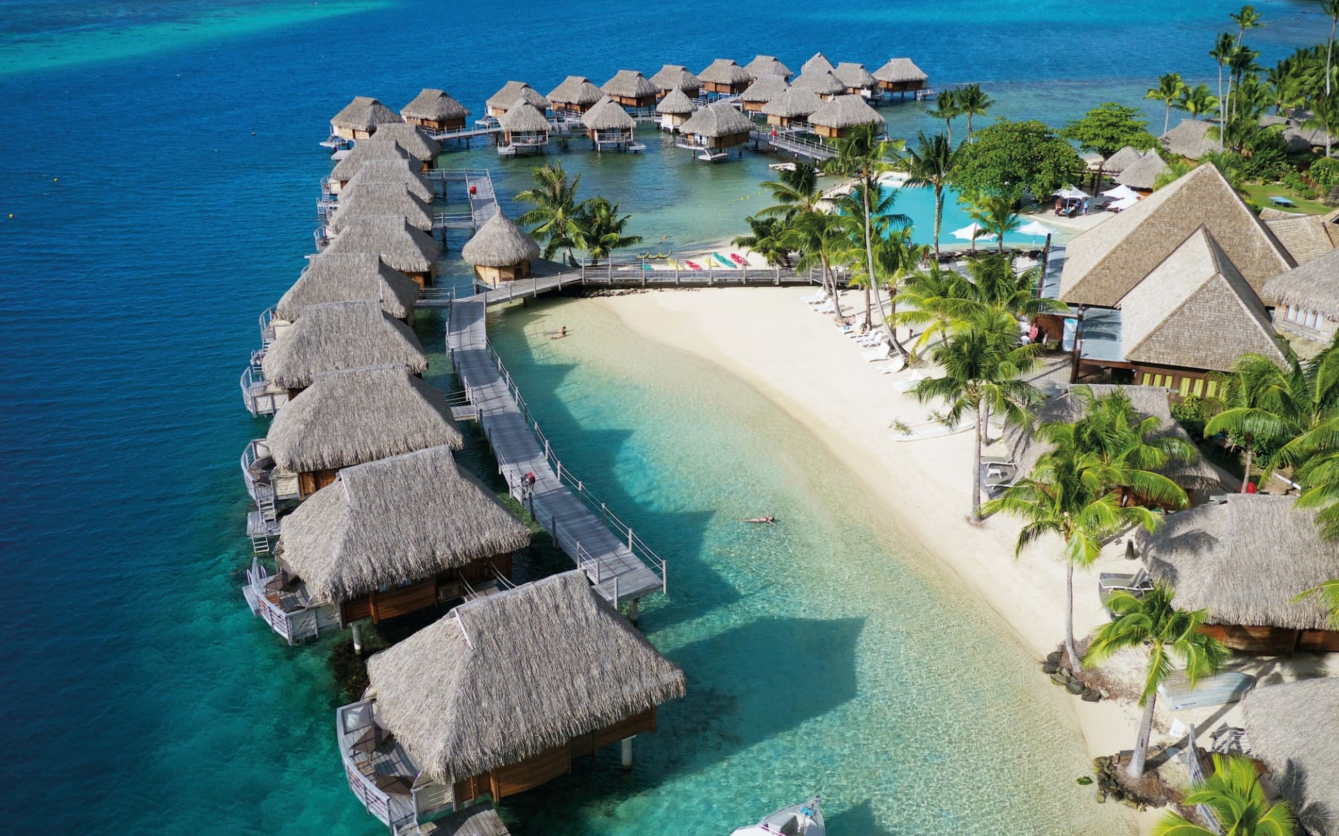 Manava Beach Resort & Spa in Moorea:  Manava Beach Resort & Spa - Vogelperspektive auf Überwasserbungalows