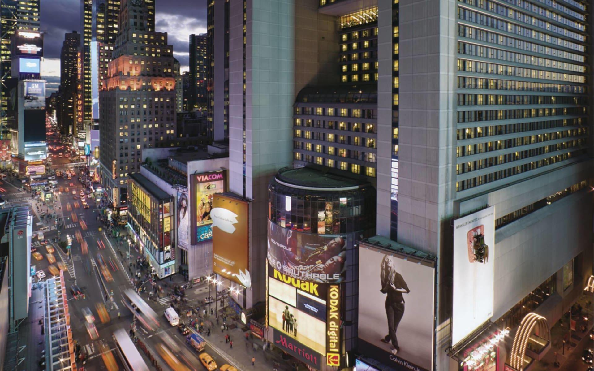 Marriott Marquis in New York - Manhattan:  Marriott Marquis - Ansicht mit Strasse