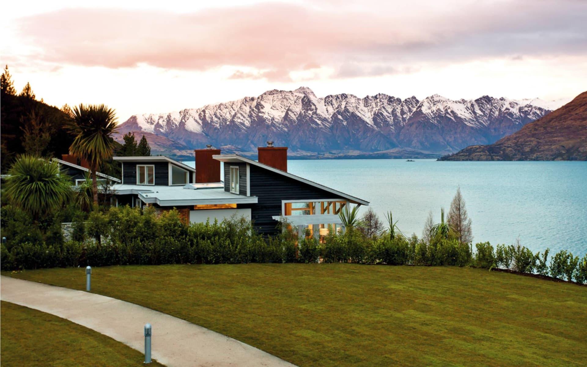 Matakauri Lodge in Queenstown:  Matakauri Lodge - Blick auf Anlage mit Ausblick auf See und Berge