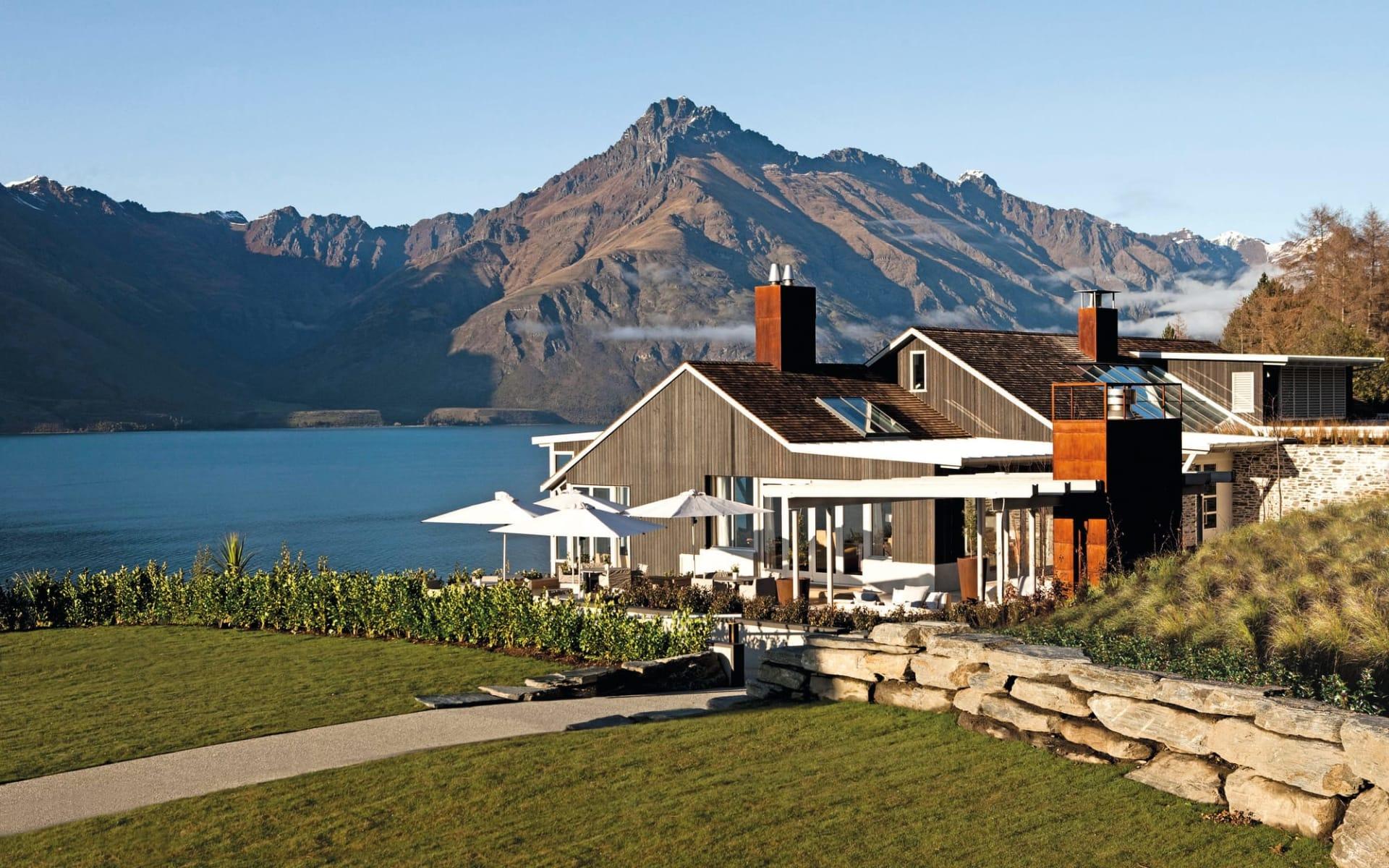 Matakauri Lodge in Queenstown:  Matakauri Lodge Queenstown Neuseeland  Blick auf Lodge mit Bergen im Hintergrund 2017