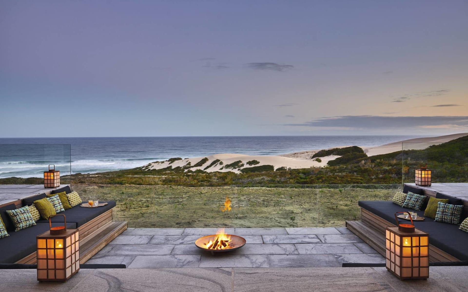 Wonders of South Africa ab Kapstadt: exterior Morukuru Beach Lodge - Lounge mit Feuerstelle