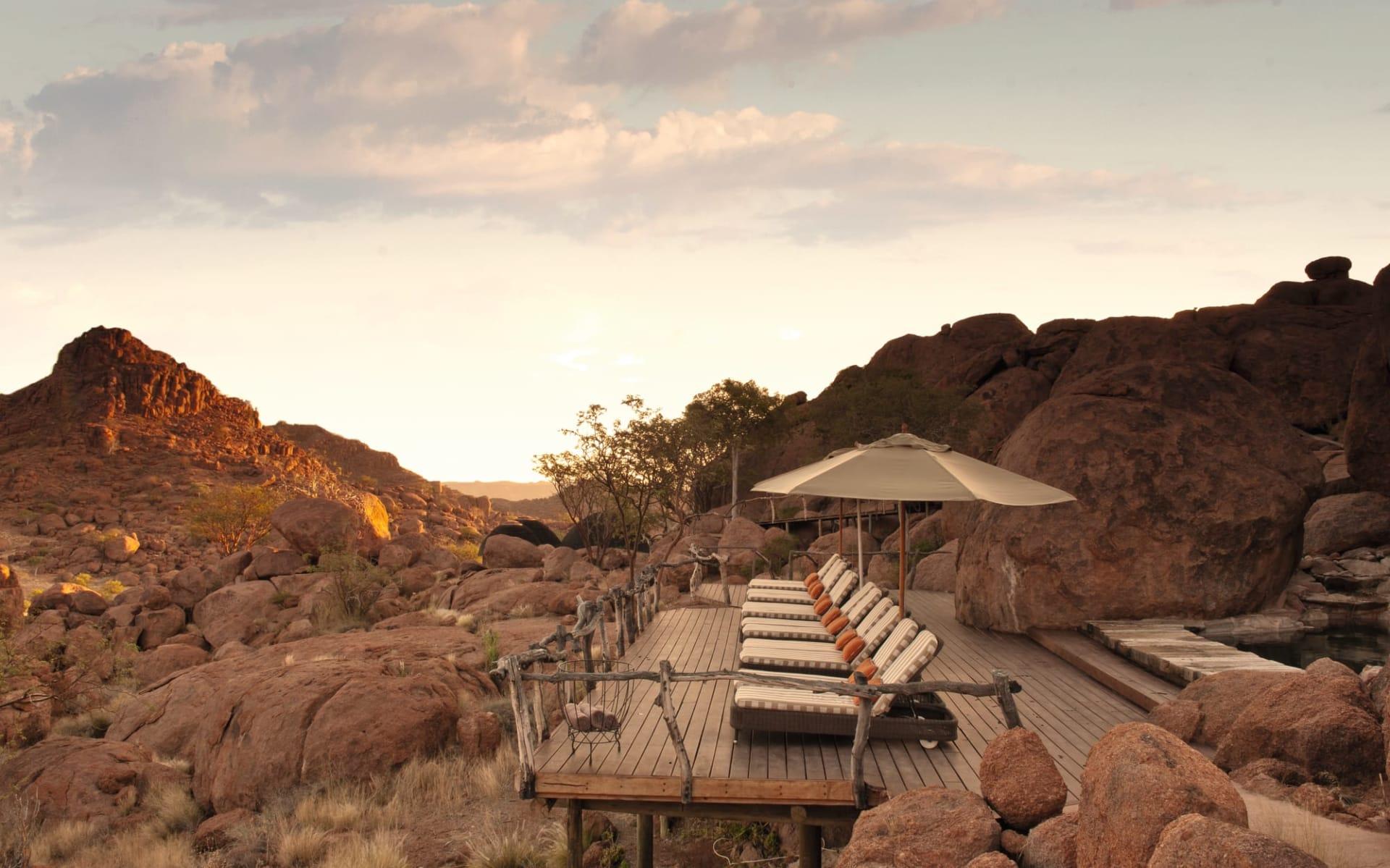 Mowani Mountain Camp in Twyfelfontein Region: Exterior Mowani Mountain Camp Blick auf Terrasse