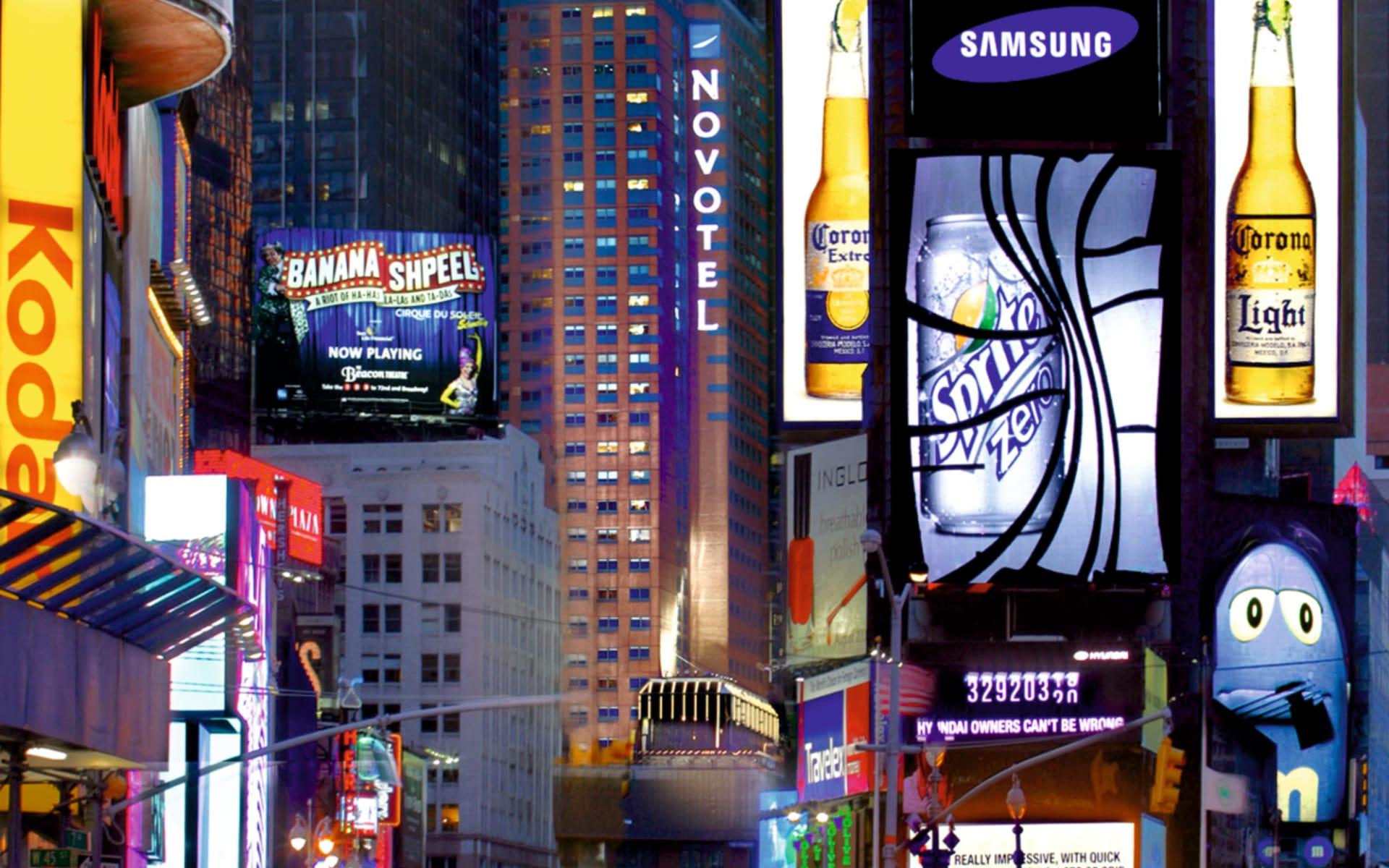 M Social Hotel Times Square in New York - Manhattan:  Novotel Times Square - Hotelansicht und Werbetafeln
