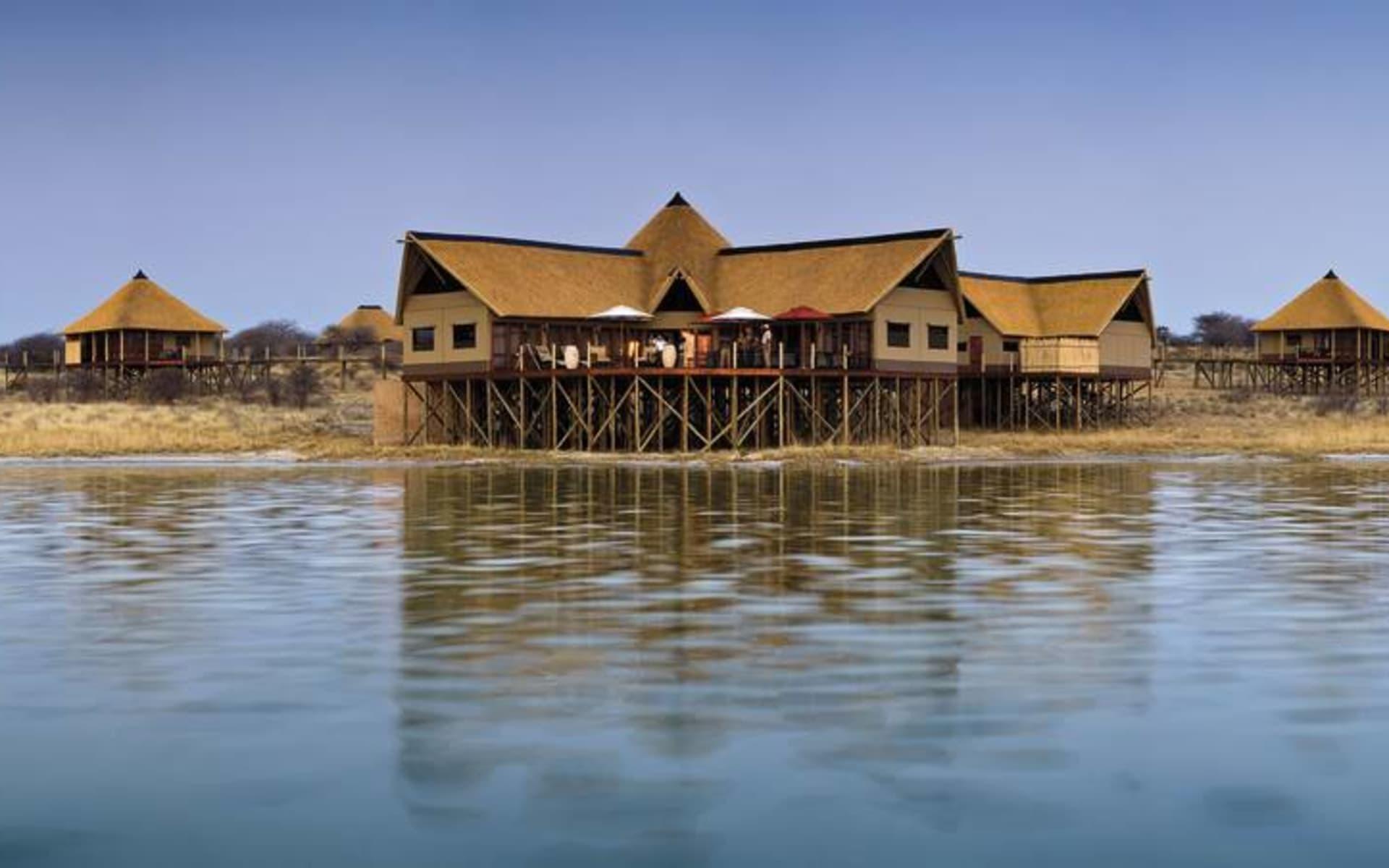 Onkoshi Resort in Etosha Nationalpark: Onkoshi - Blick vom Wasser aus auf das Camp