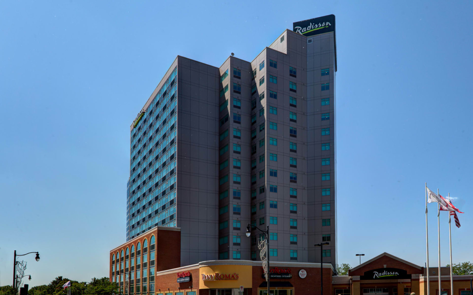 Radisson Hotel & Suites Fallsview in Niagara Falls:  Radisson Hotel & Suites Fallsview_Summer