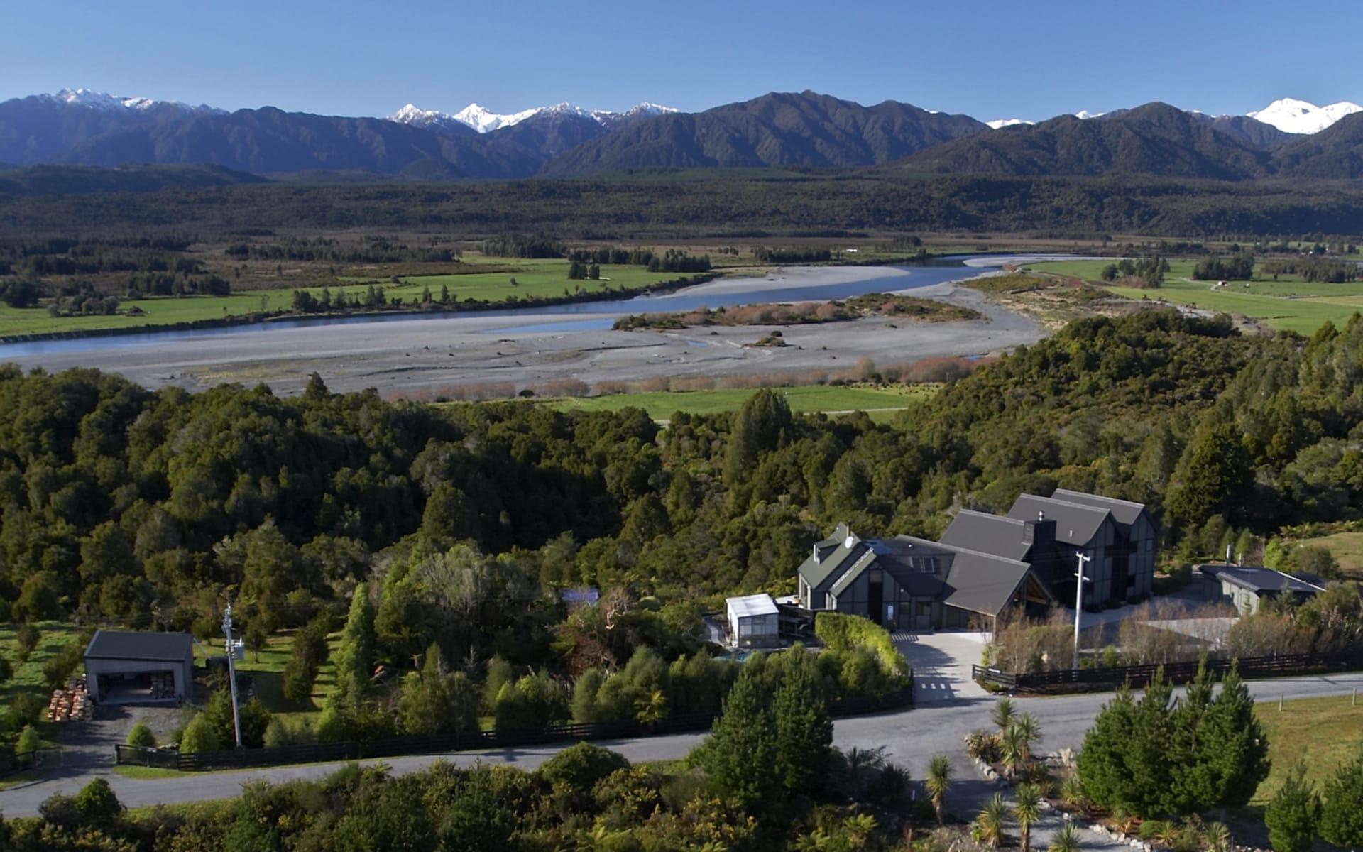 Rimu Lodge in Hokitika: exterior Rimu Lodge -Lodge von Oben mit Fluss und Berge cRimu Lodge