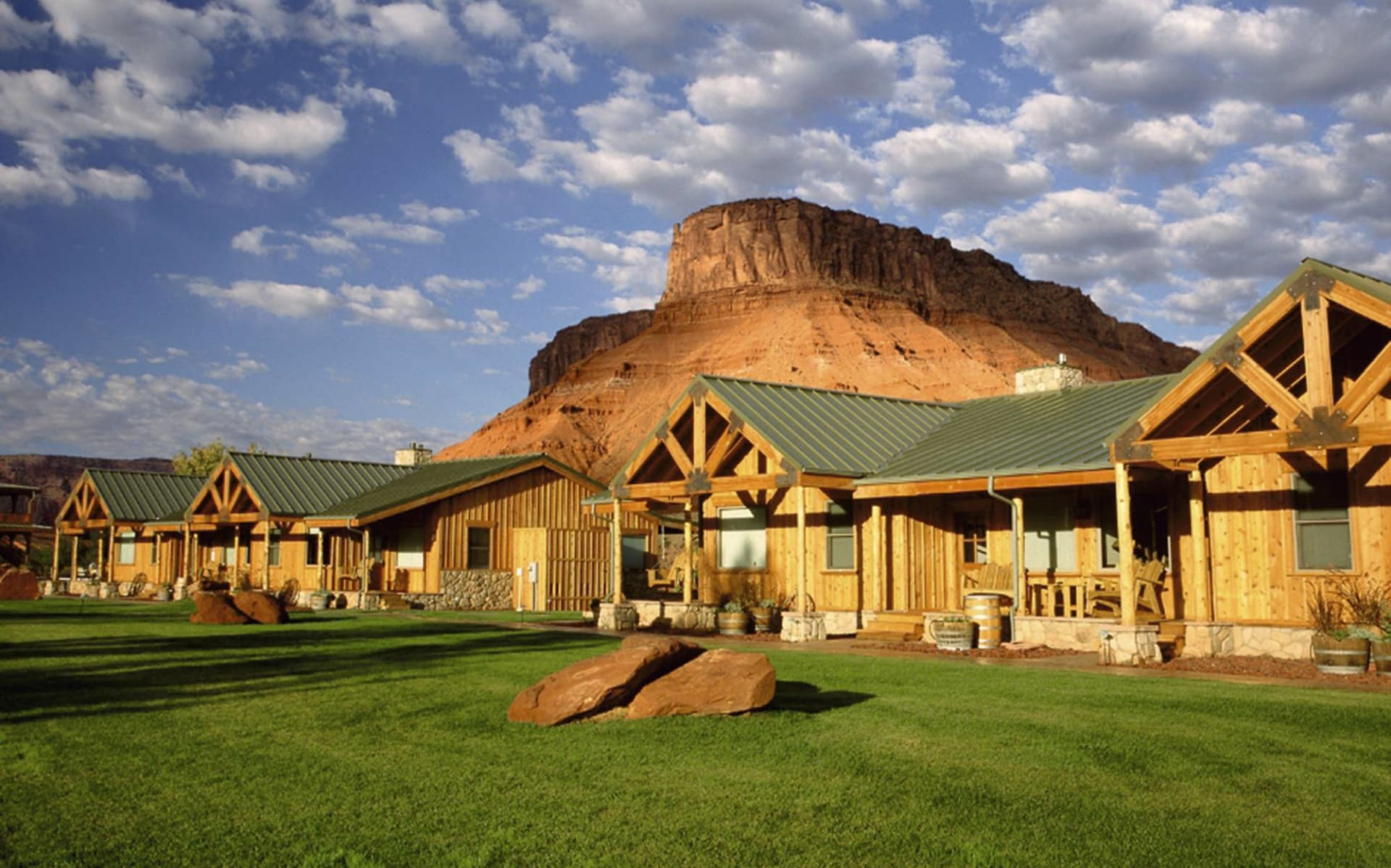 Sorrel River Ranch in Moab: exterior sorrel river ranch holzhäuser berge