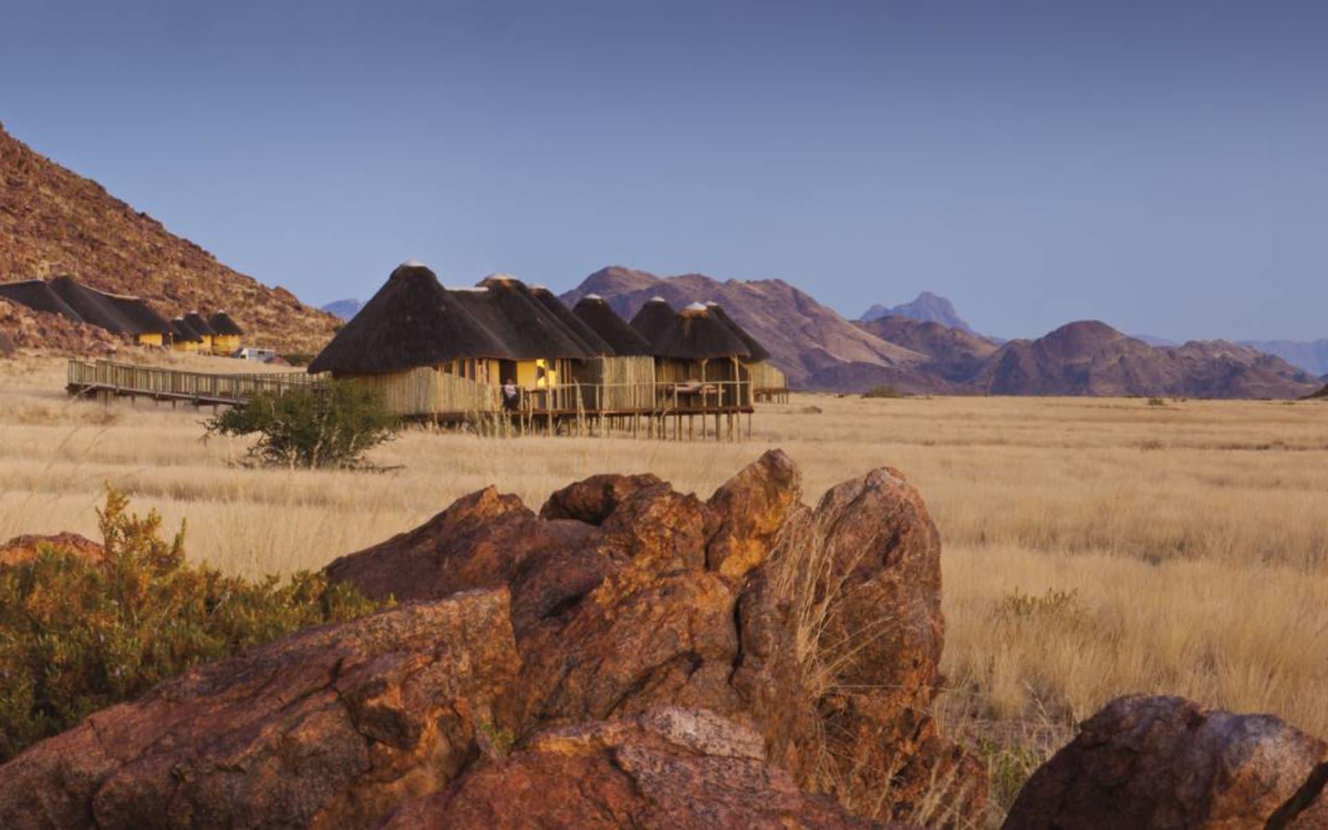 Sossus Dune Lodge in Sesriem: Exterior Sossus Dune Lodge Chalets von aussen mit Natur