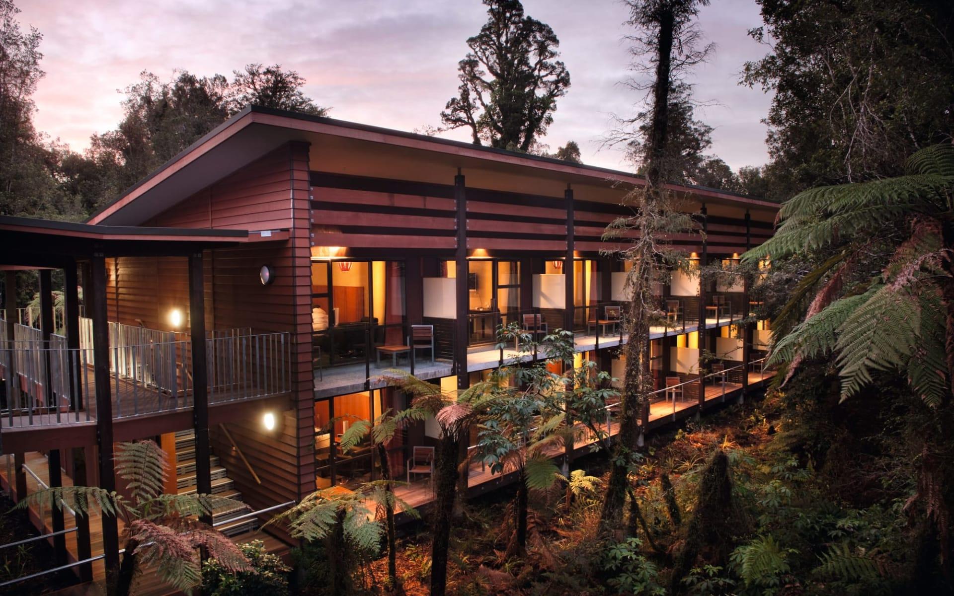 Te Waonui Forest Retreat in Franz Josef:  Te Waonui Forest Retreat - Blick auf Zimmer von aussen