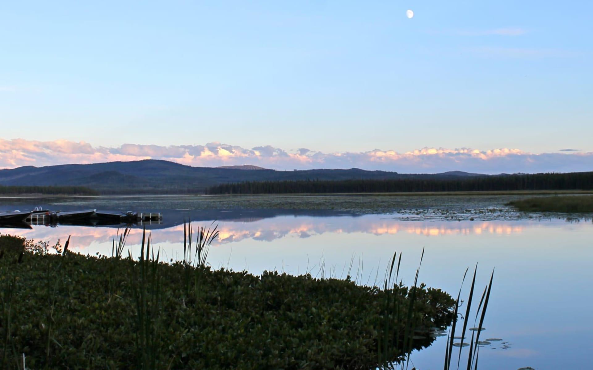 Ten-ee-ah Wilderness Lodge in Lac La Hache:  Ten-ee-ah Lodge_SichtaufSee
