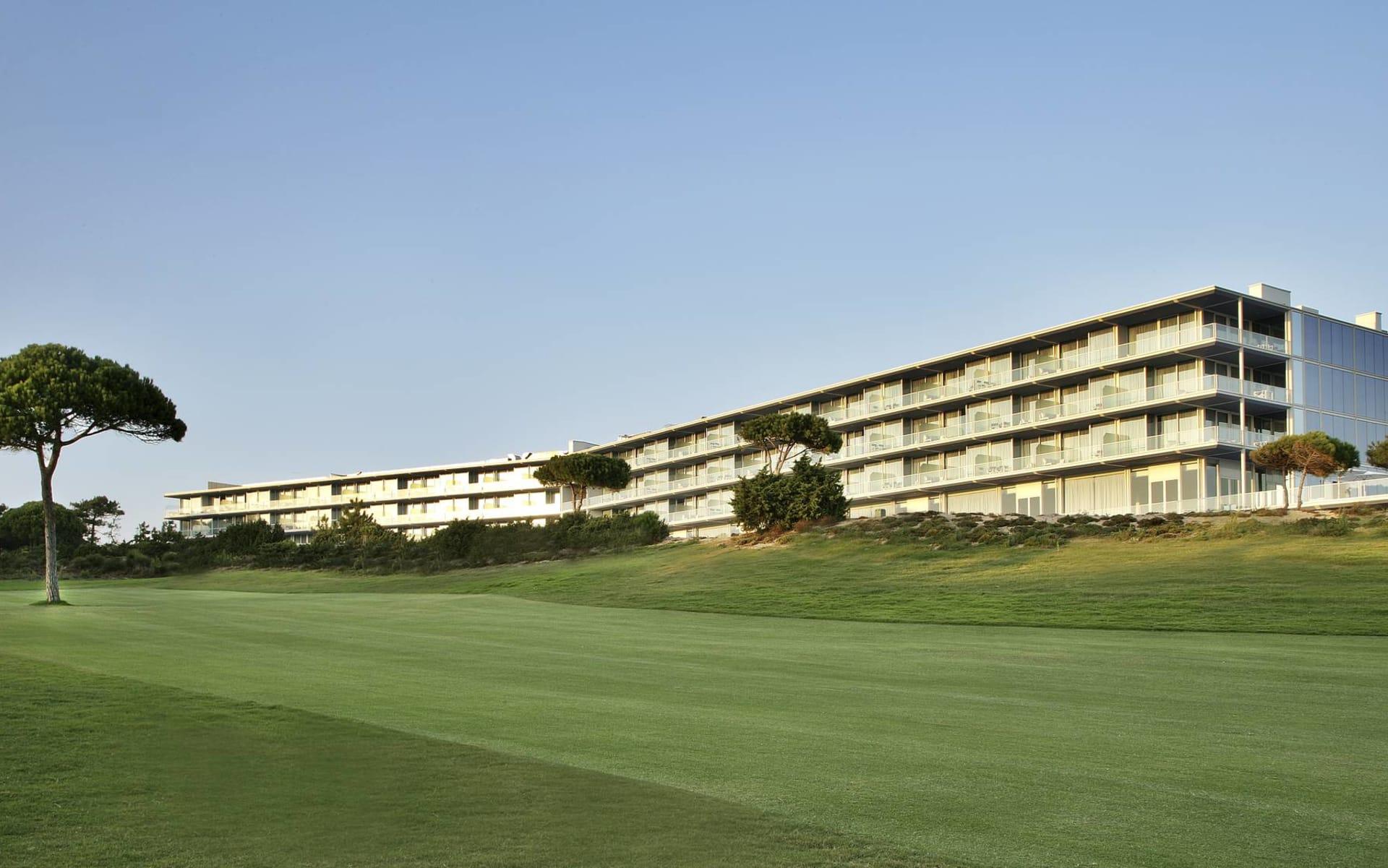 The Oitavos in Cascais: The Oitavos - Blick vom Golfplatz auf Hauptgebäude