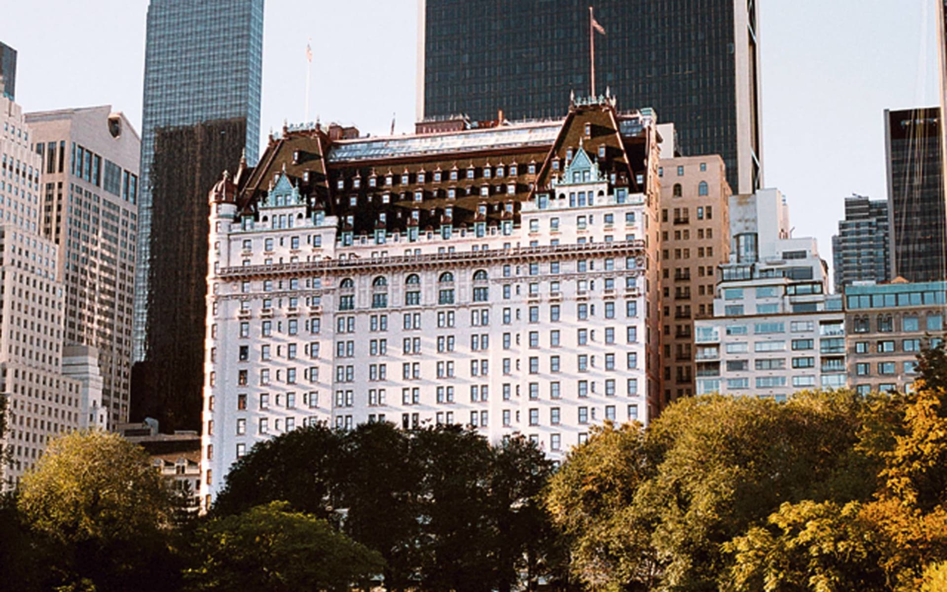 The Plaza Hotel in New York - Manhattan:  The Plaza NY - Hotelansicht mit Bäumen