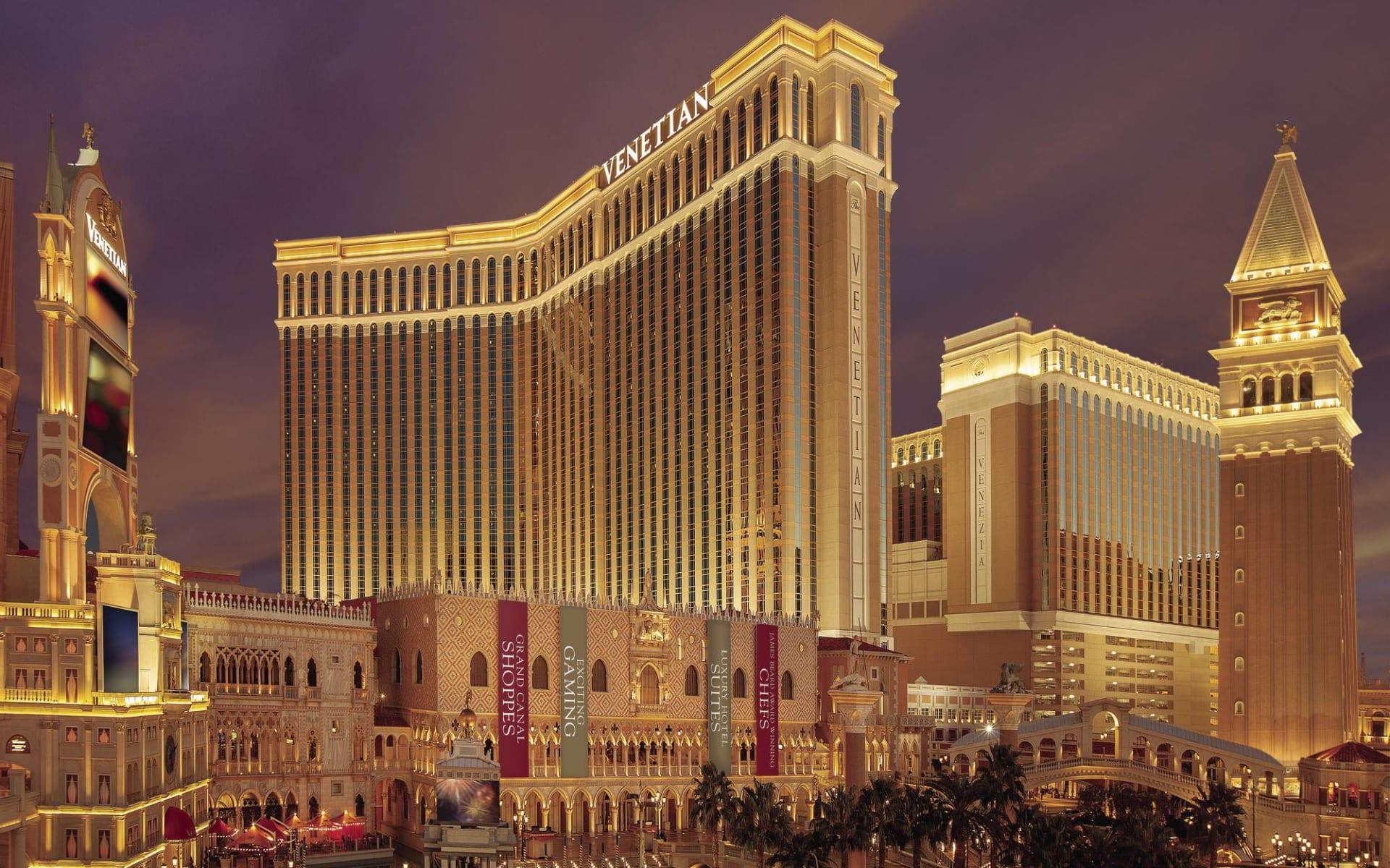 The Venetian Resort & Casino in Las Vegas: exterior the venetian resort and casino hotelanlage bei nacht