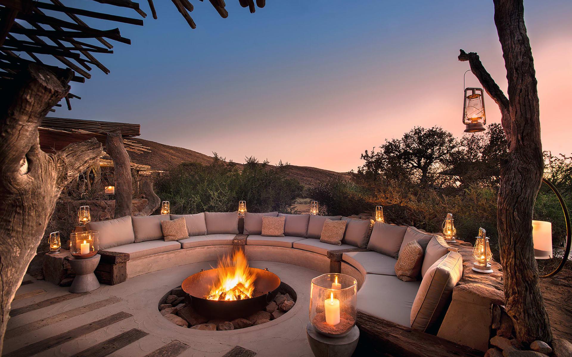 South Africa's Secrets ab Kapstadt: exterior: Tswalu - Feurstelle mit Lounge