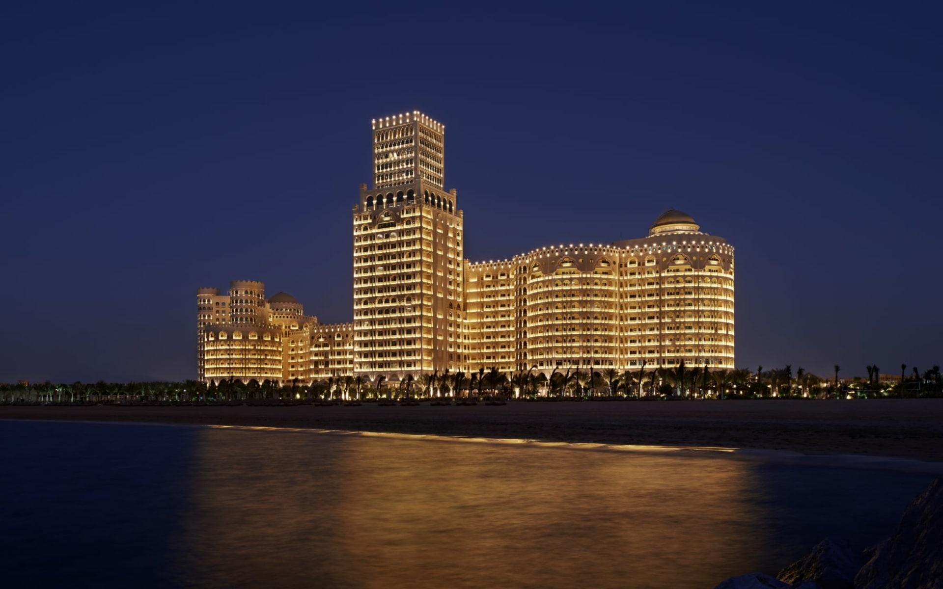 Waldorf Astoria Ras Al Kaimah:  Waldorf Astoria Ras Al Kaimah - Aussenansicht bei Nacht
