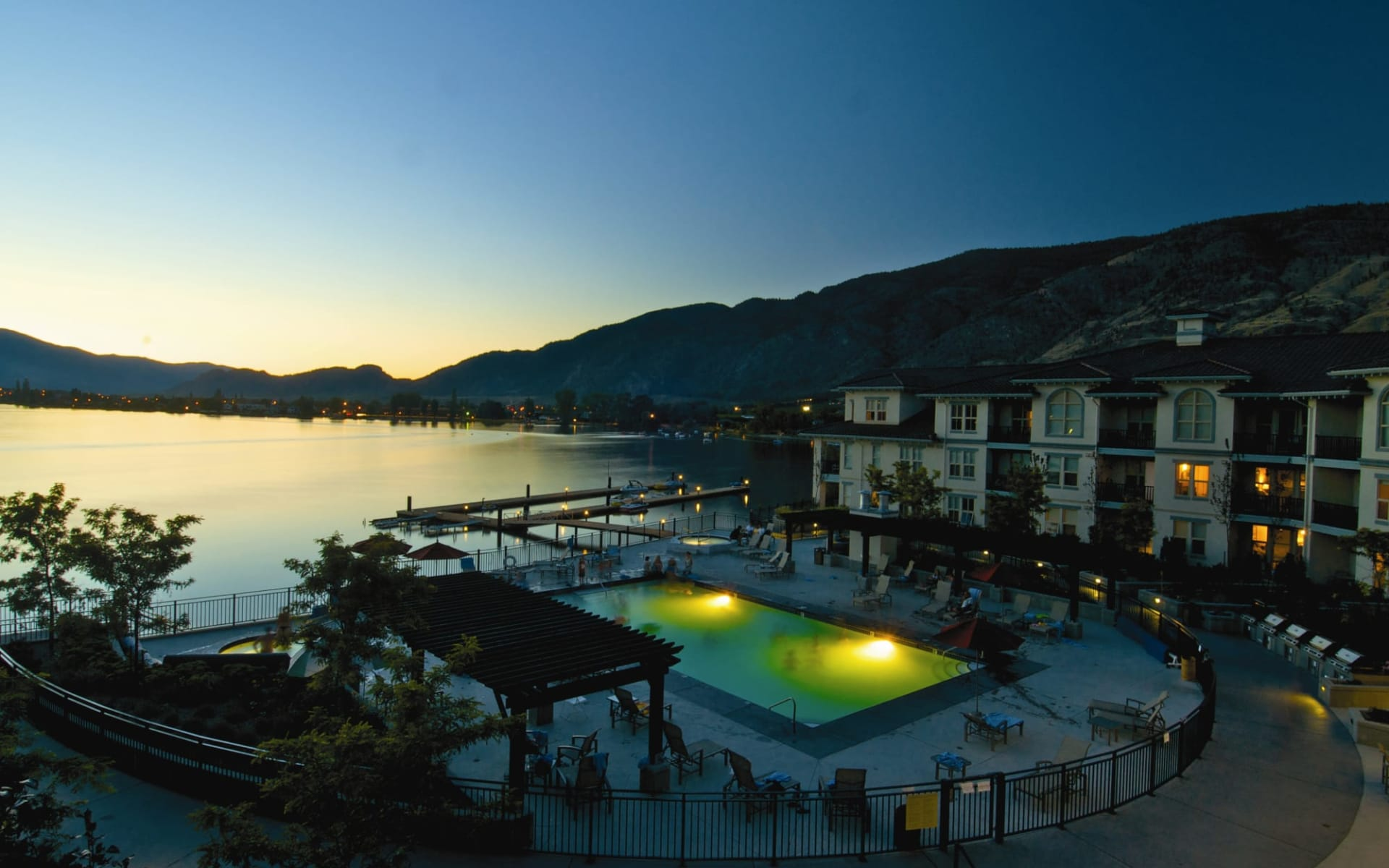 Walnut Beach Resort in Osoyoos: exterior_Walnut Beach Resort_NightView