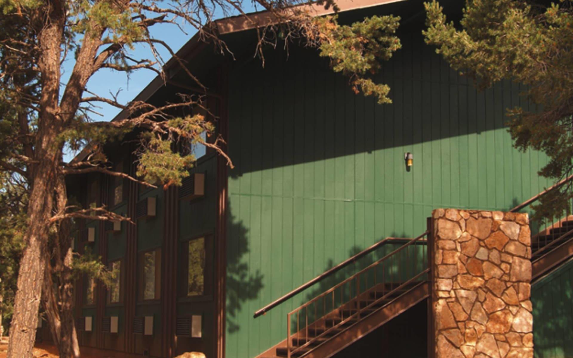 Yavapai Lodge West in Grand Canyon Nationalpark: exterior yavapai lodge west seitenwand grün treppe